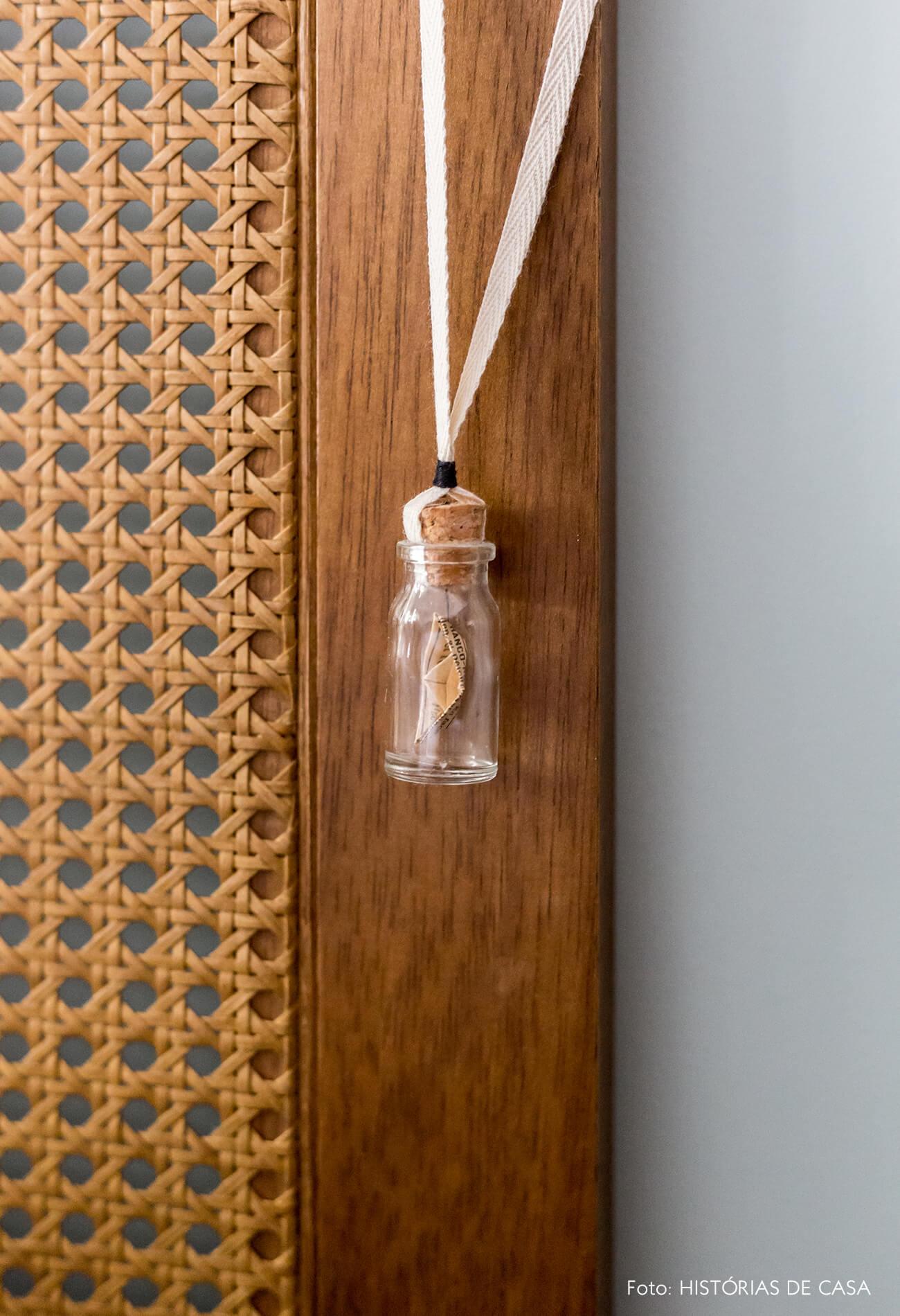 decoração colar de garrafinha em cabeceira de palhinha