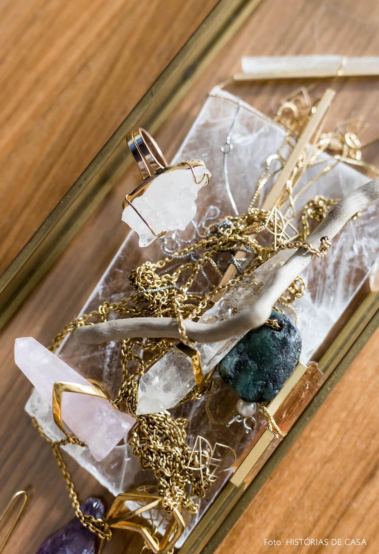 decoração cristais em mesa de madeira