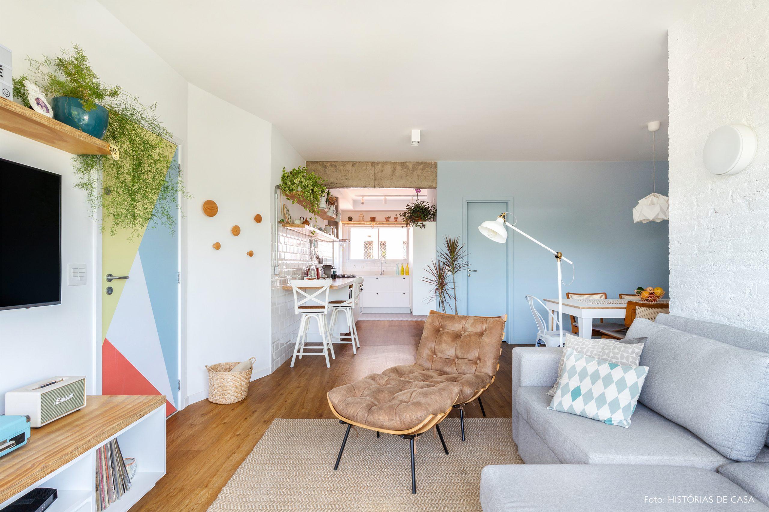 decoração sala com poltrona, porta com adesivo e cesto