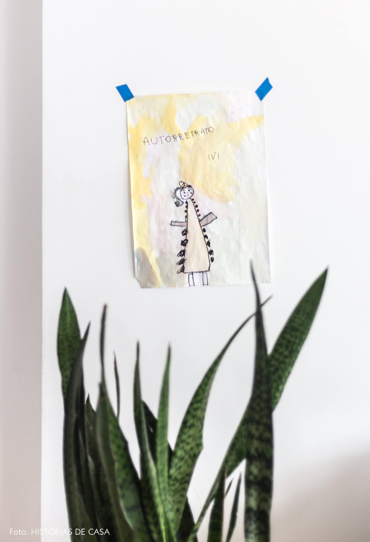 decoração desenho na parede e planta espada de são jorge