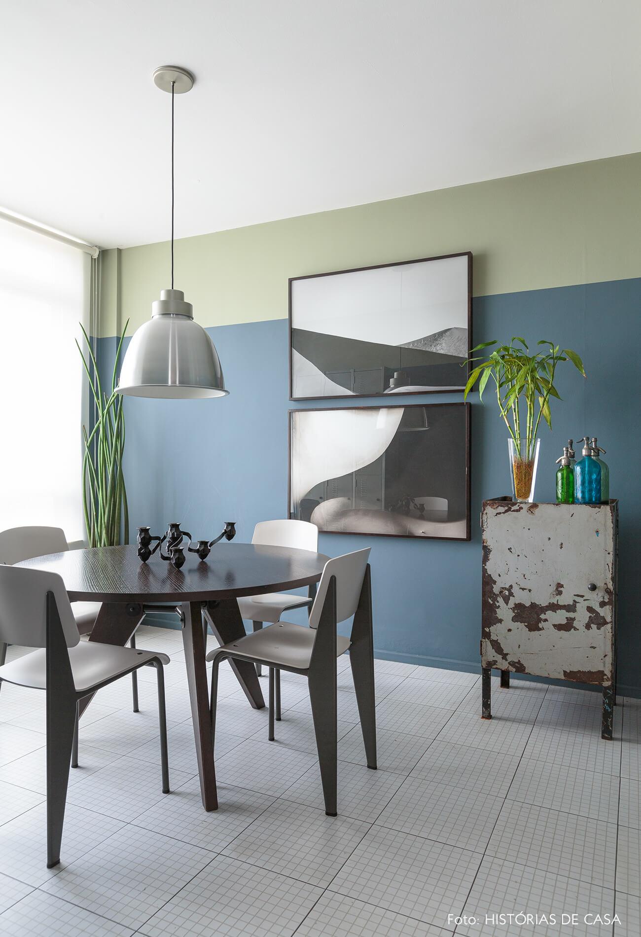 decoração home office de parede azul quadros e armario de ferro antigo