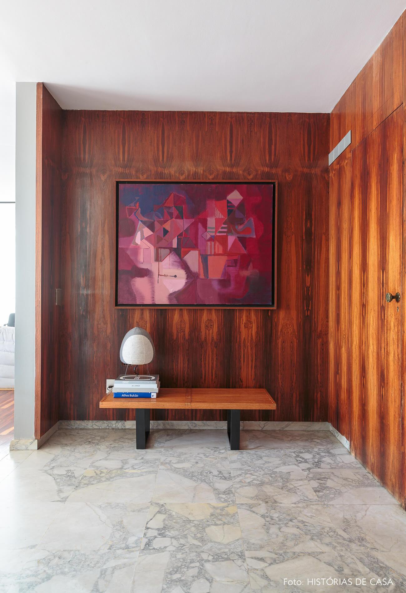 decoração hall com parede e banco de madeira