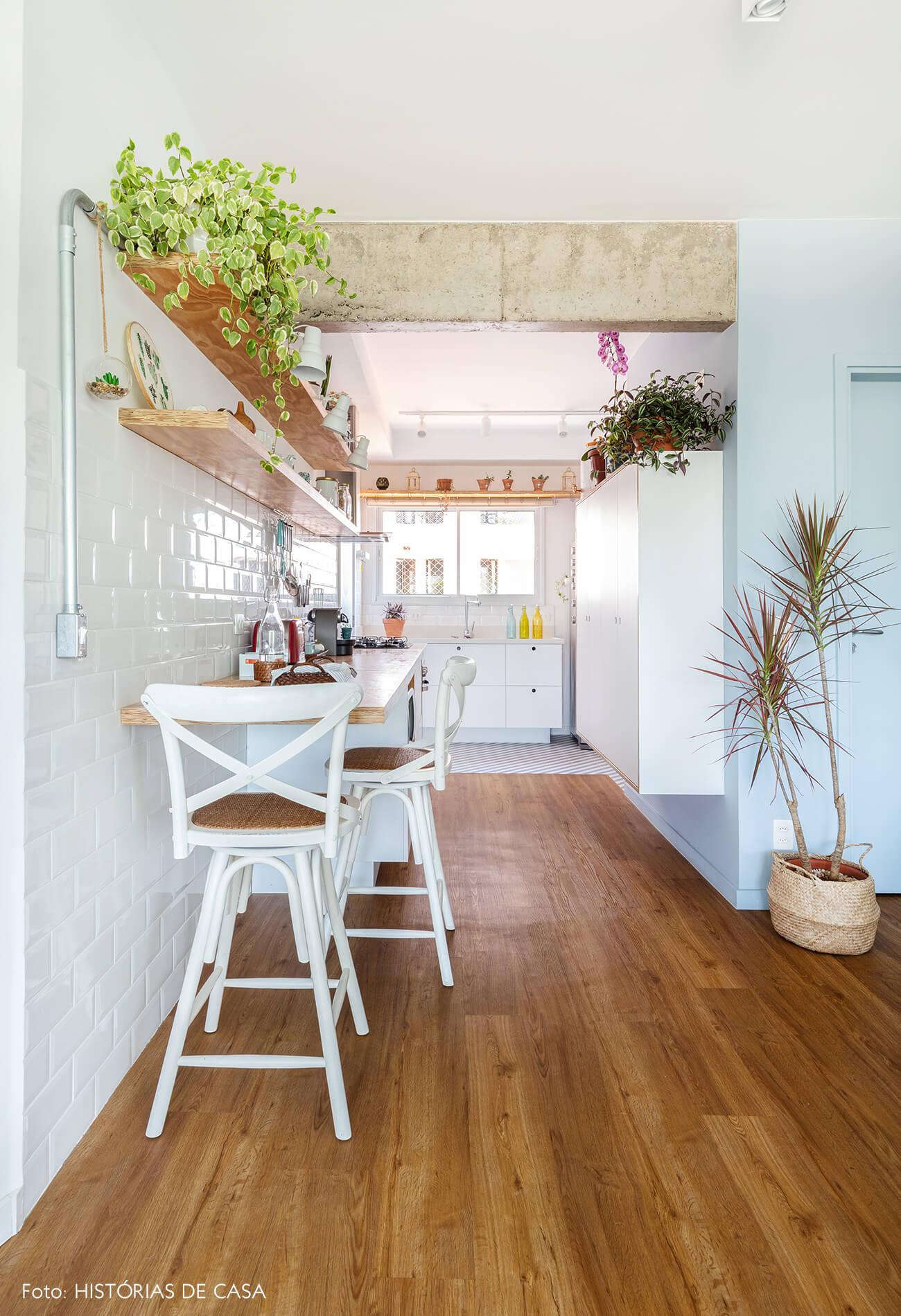 decoração cozinha com azulejo branco e prateleira de madeira, cesto