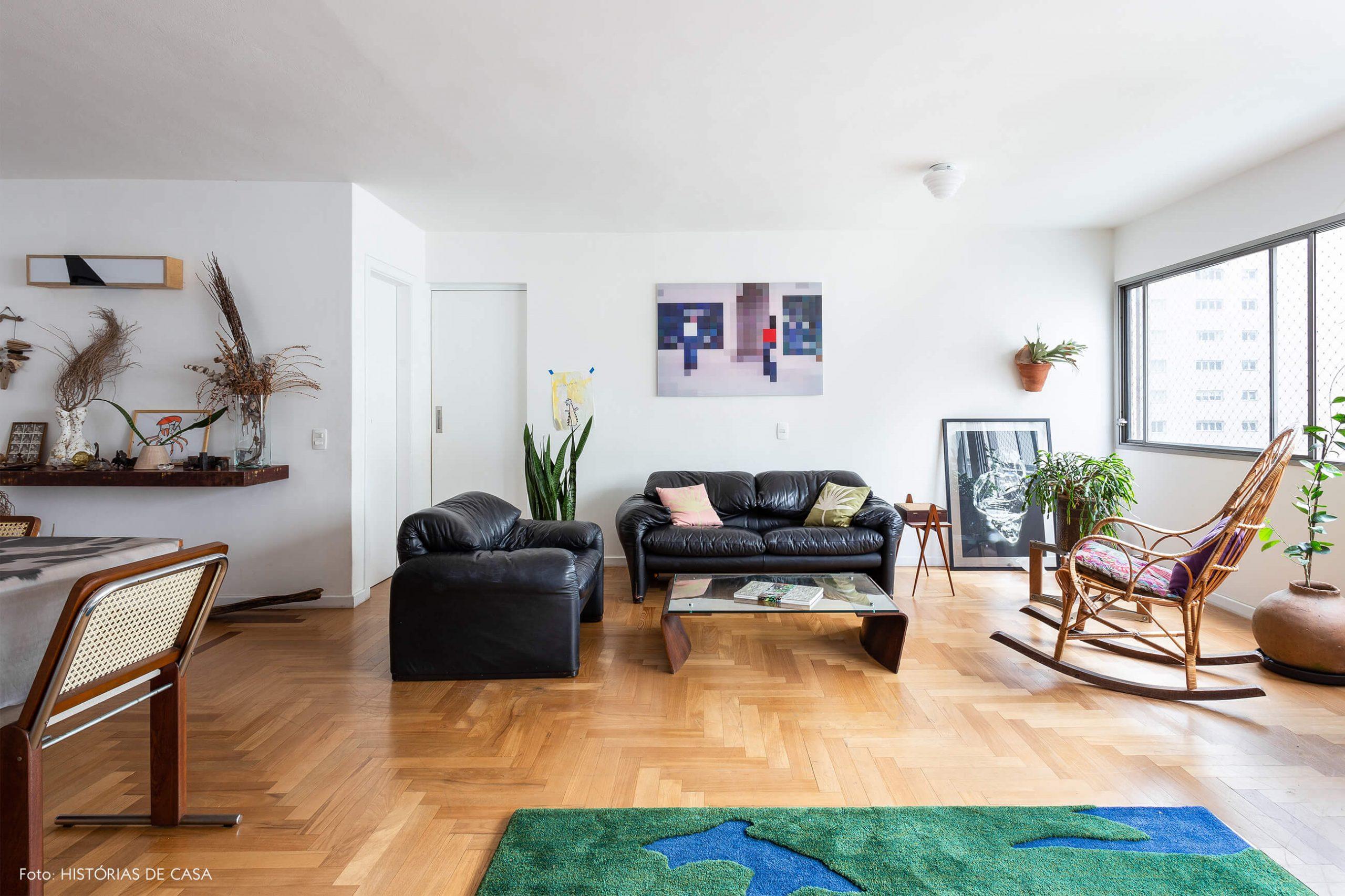 decoração sala com sofás de couro e cadeira de balanço de madeira