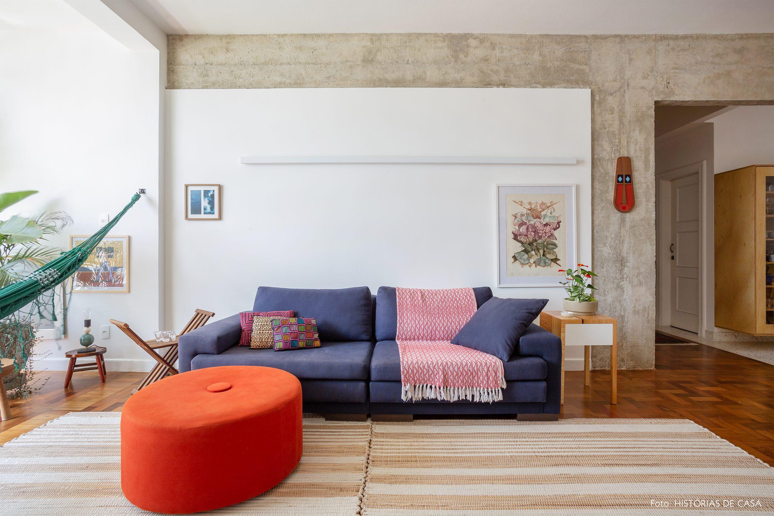 decoração sala com estrutura de concreto, rede e pufe colorido