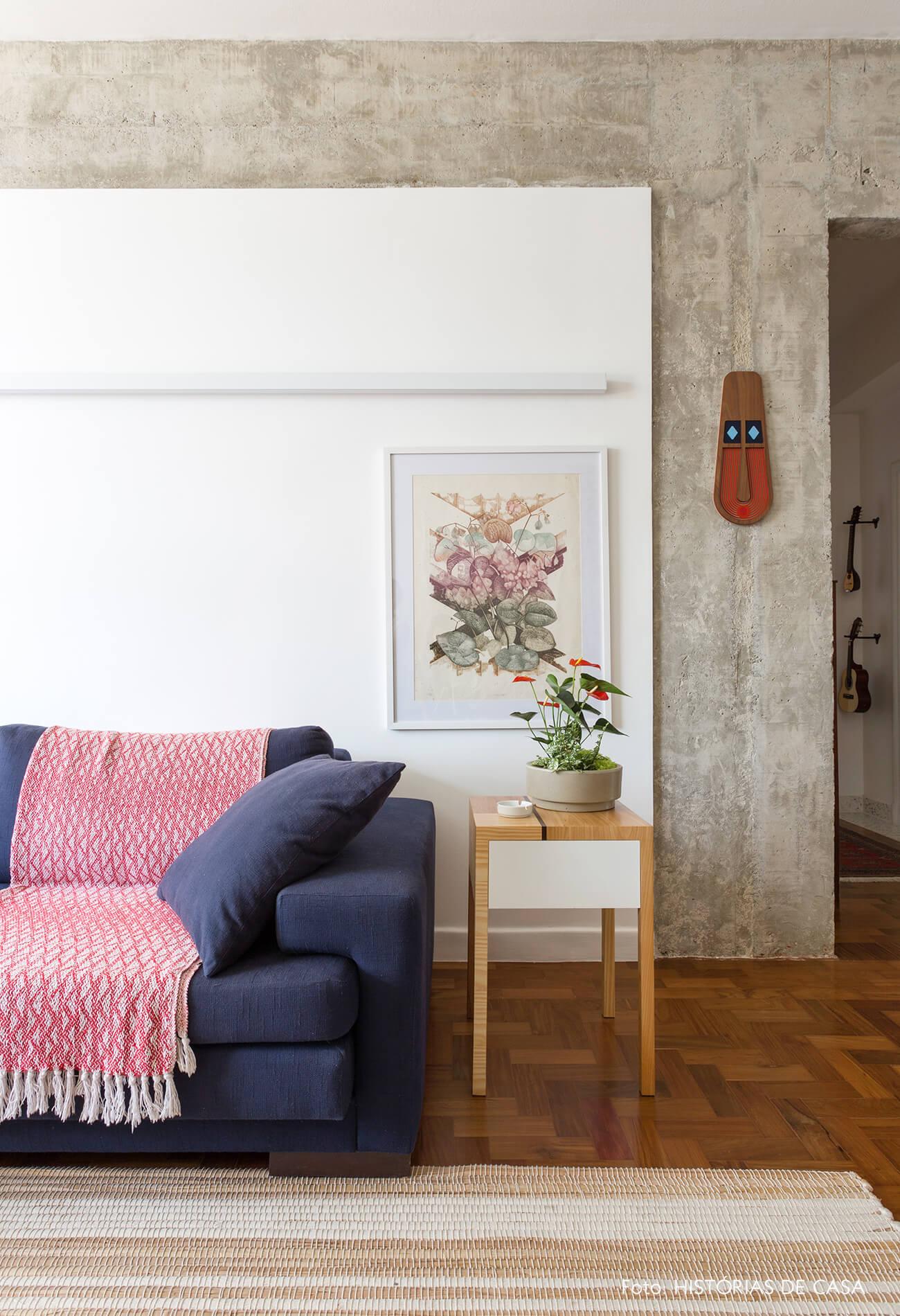 decoração sala com estrutura de concreto, mesa de marchetaria