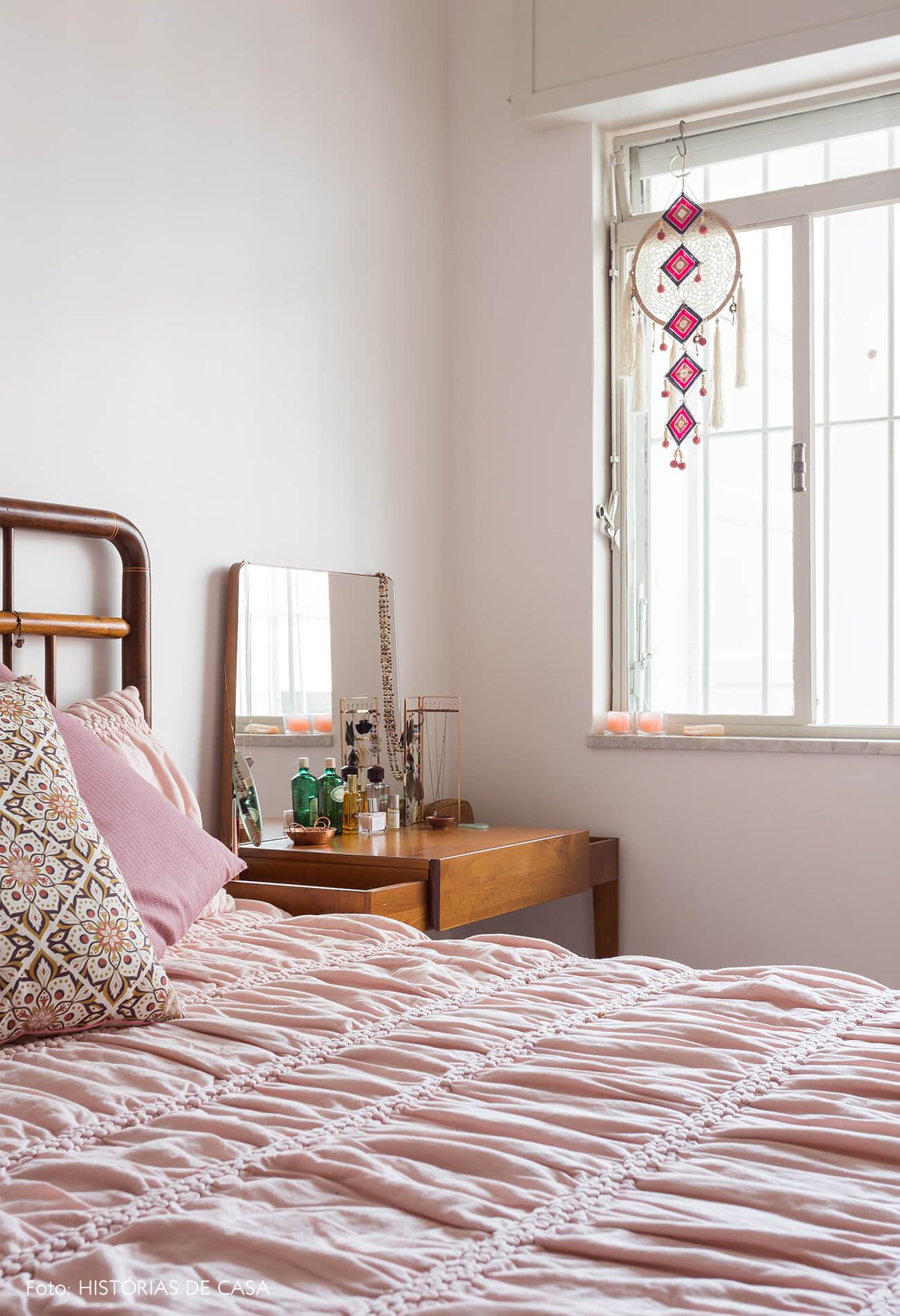 decoração quarto rosa com cama de madeira escura