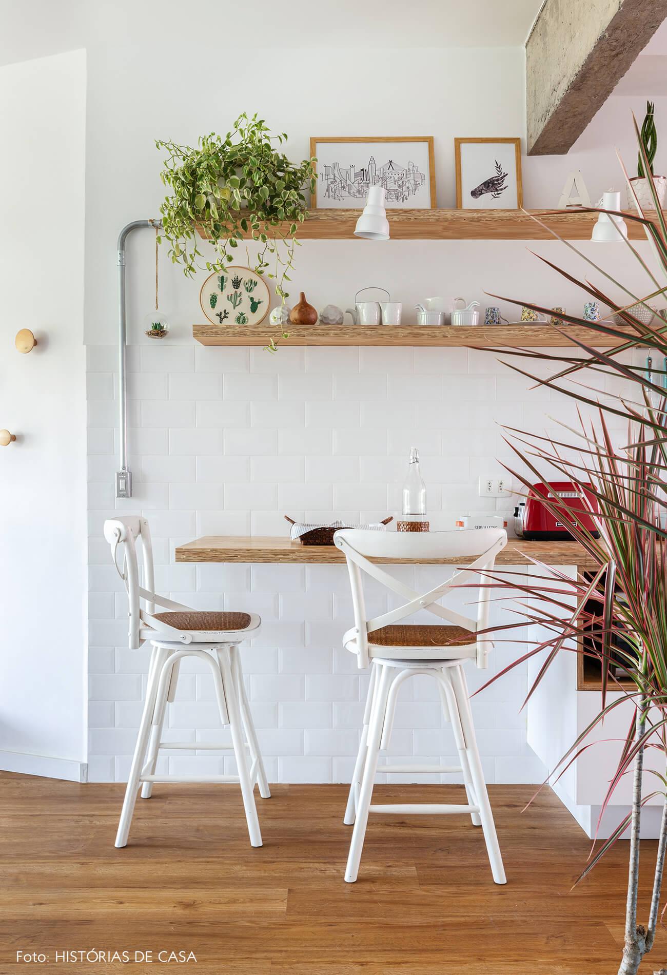 decoração cozinha com azulejo branco e prateleira de madeira