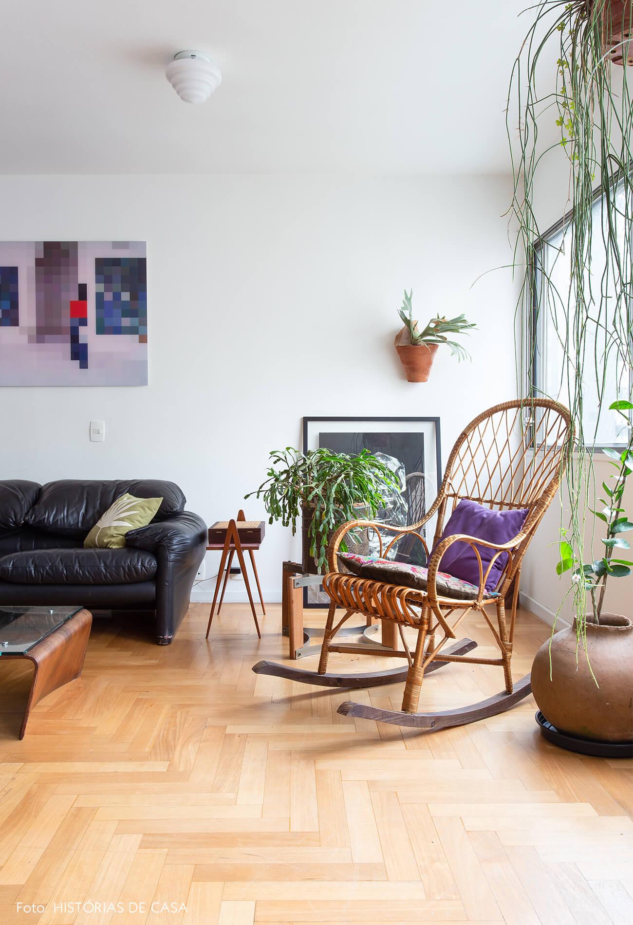 decoração sala com sofá de couro e cadeira de balanço de madeira