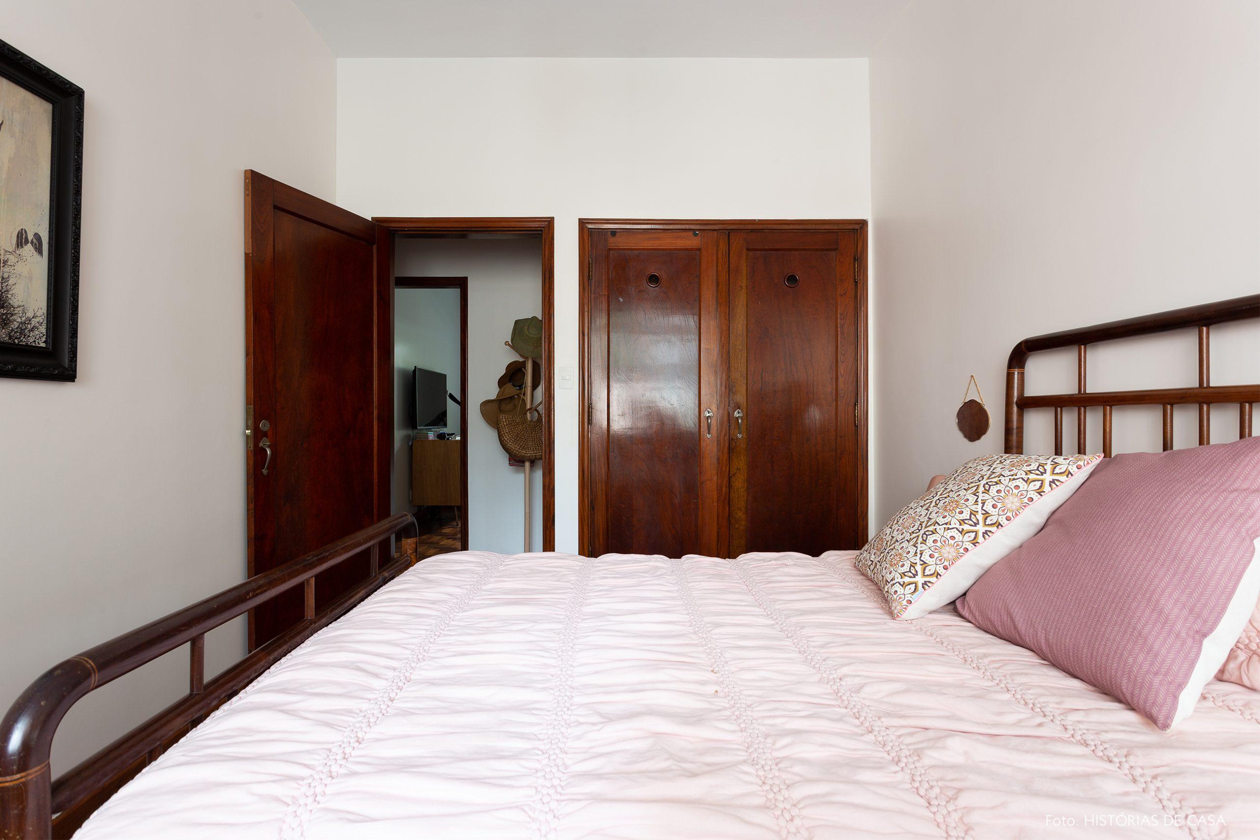 decoração qaurto cama de madeira escura