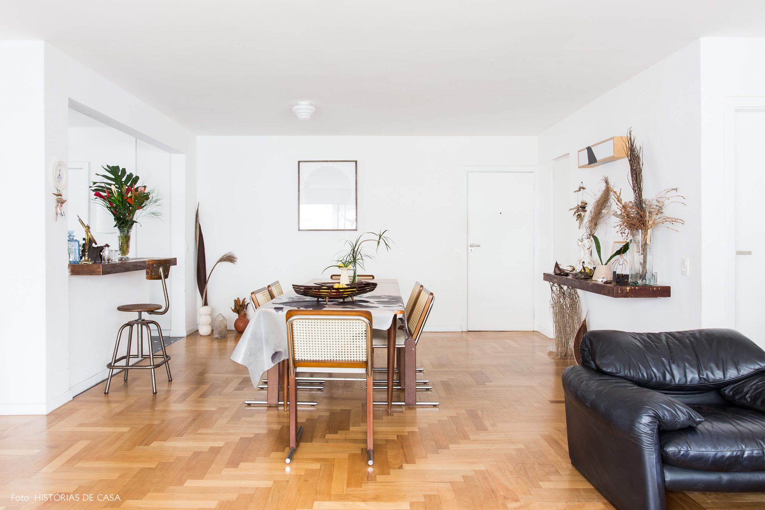 decoração sala jantar com poltrona de couro e cadeira palhinha