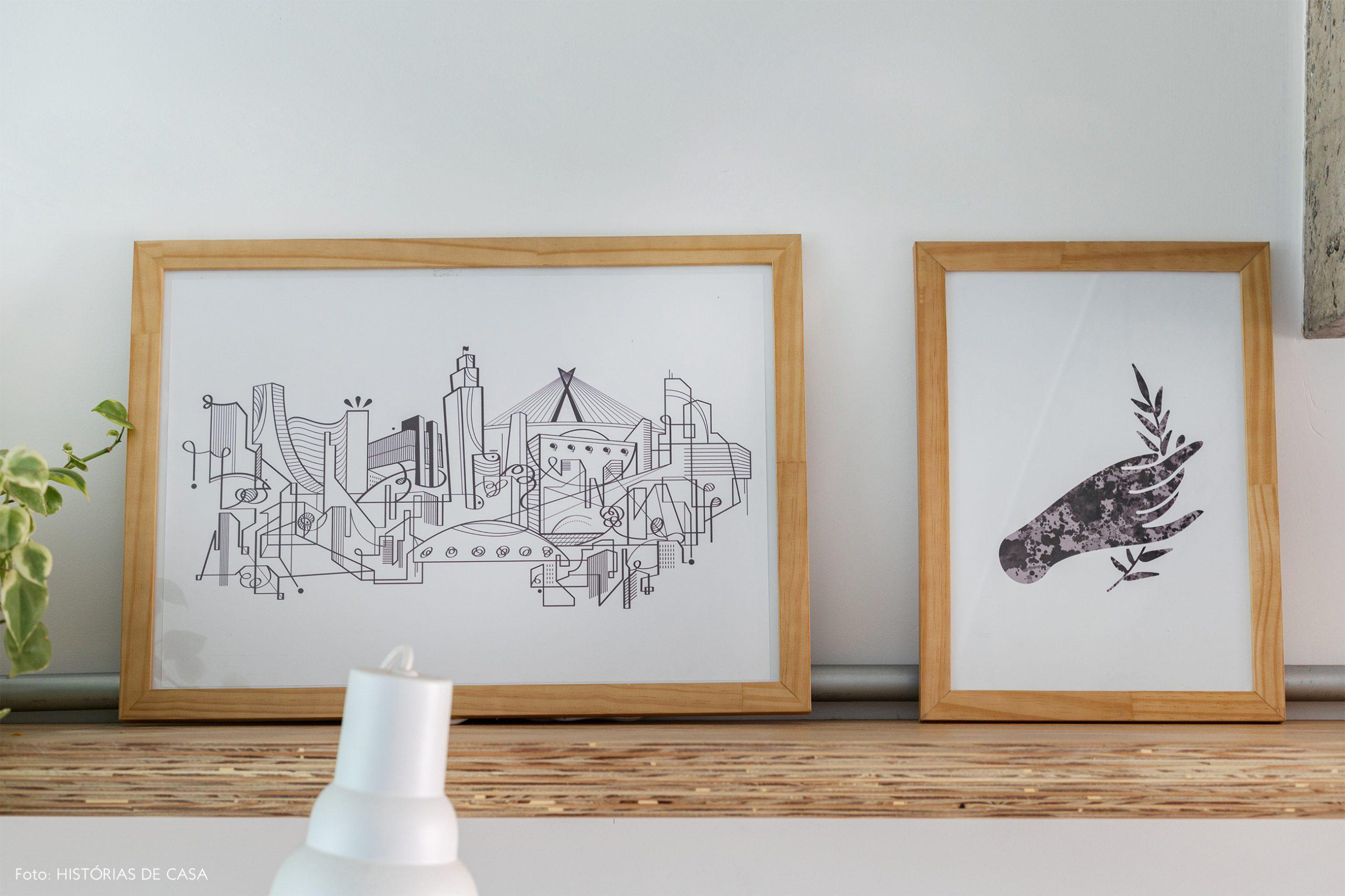decoração quadros em prateleira de madeira