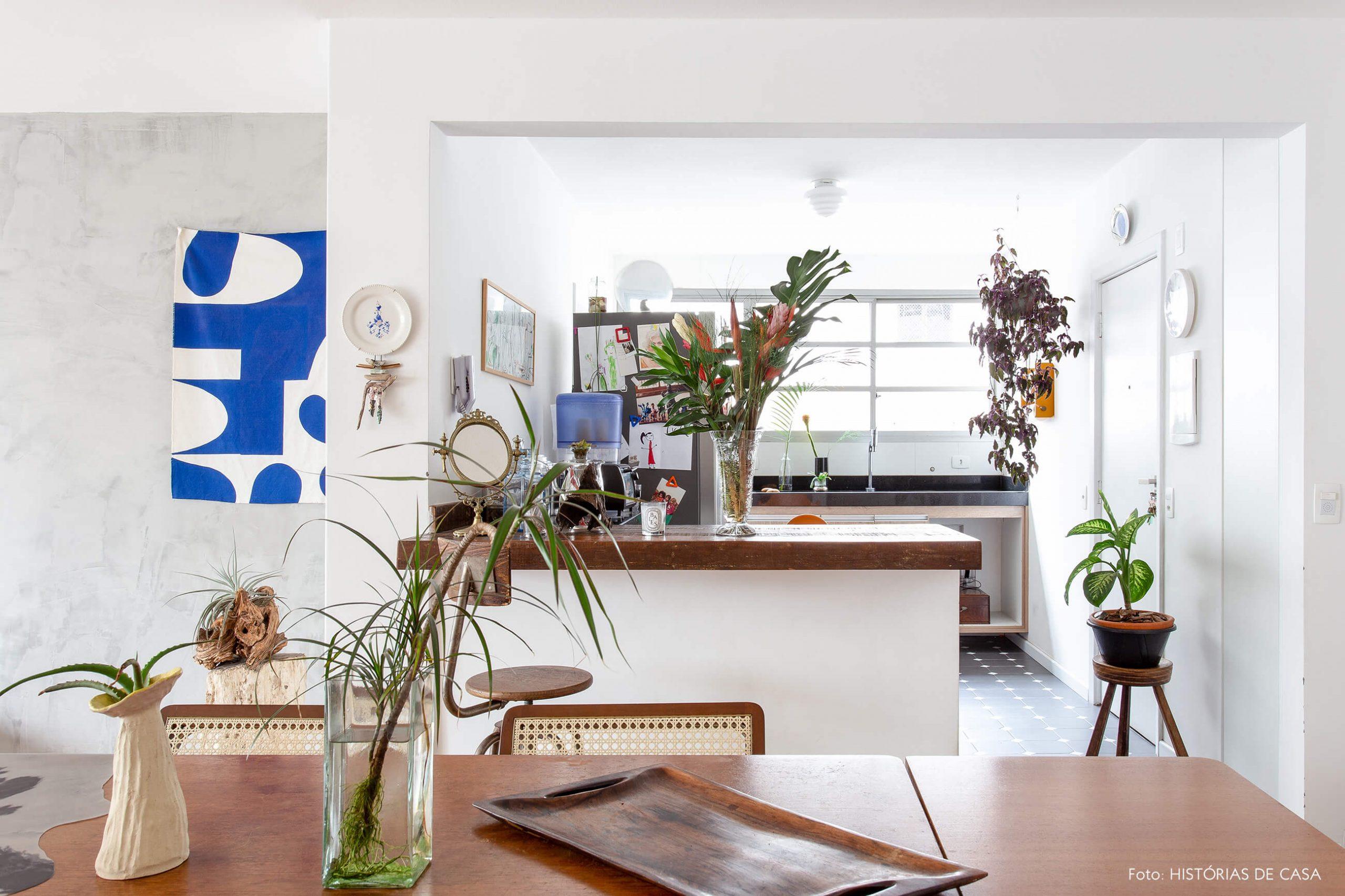 decoração sala jantar e cozinha com mesa e bancada de madeira