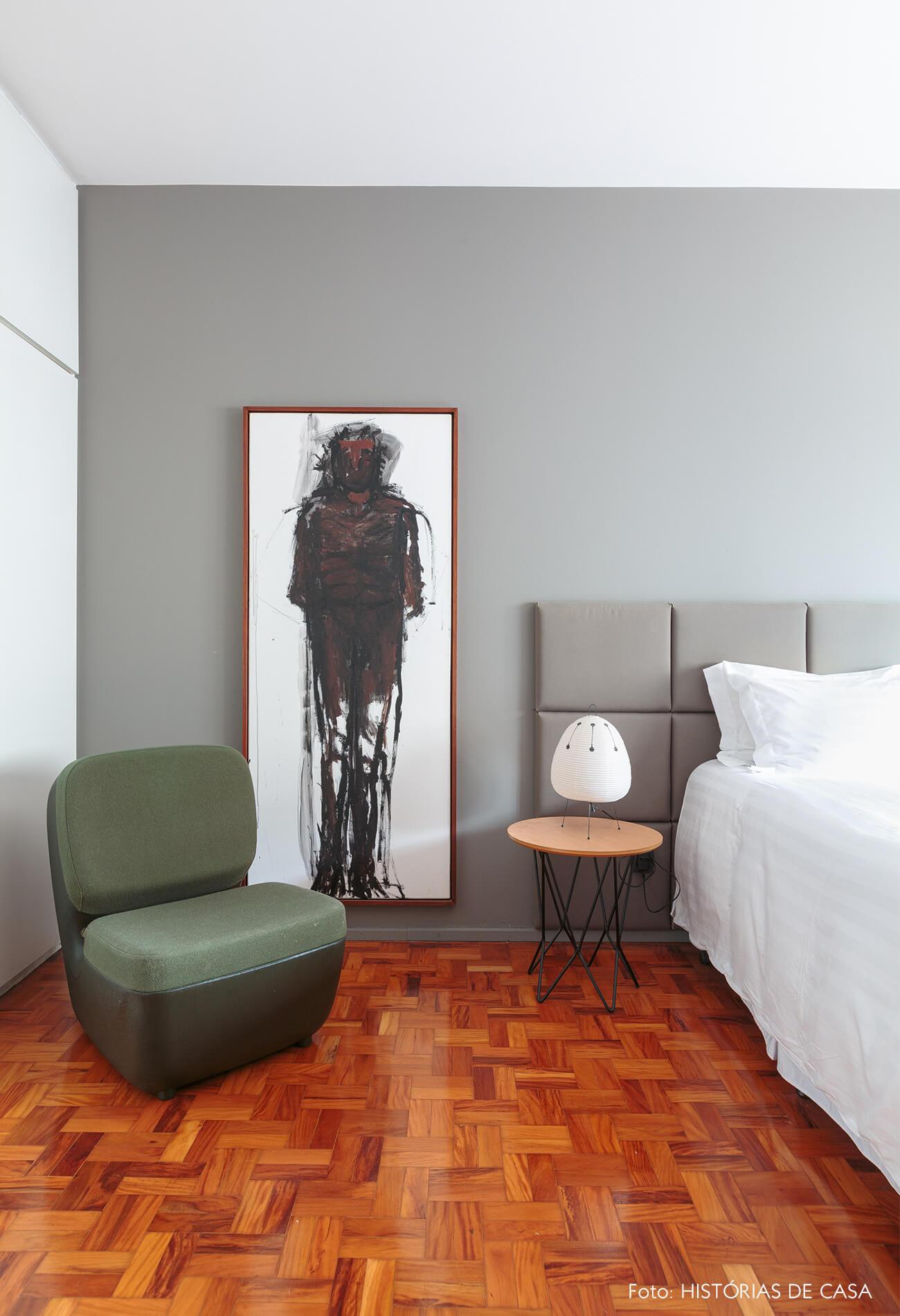 decoração quarto com parede cinza quadro de pintura e cadeira verde