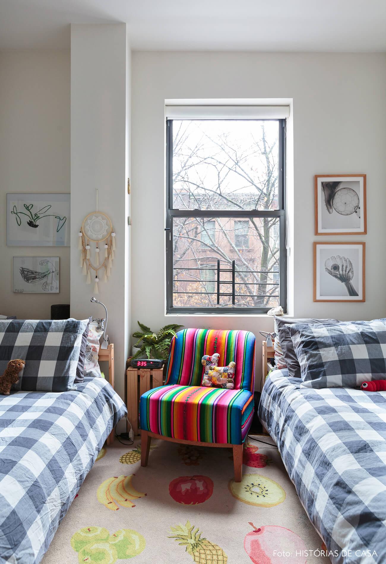 ap deecoração quarto infantil com quadros e poltrona colorida