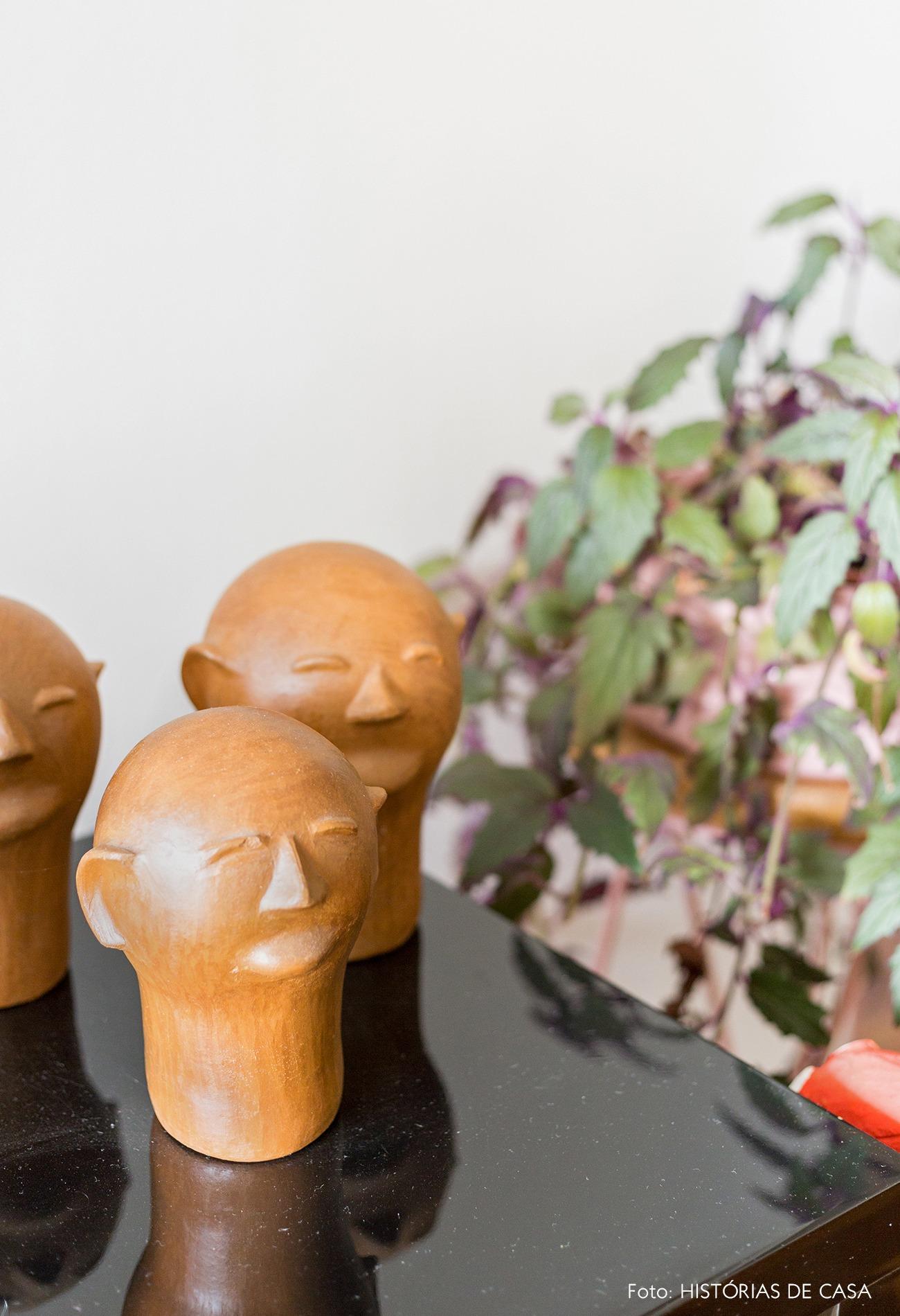 decoração cabeças de argila decorativas em aparador preto