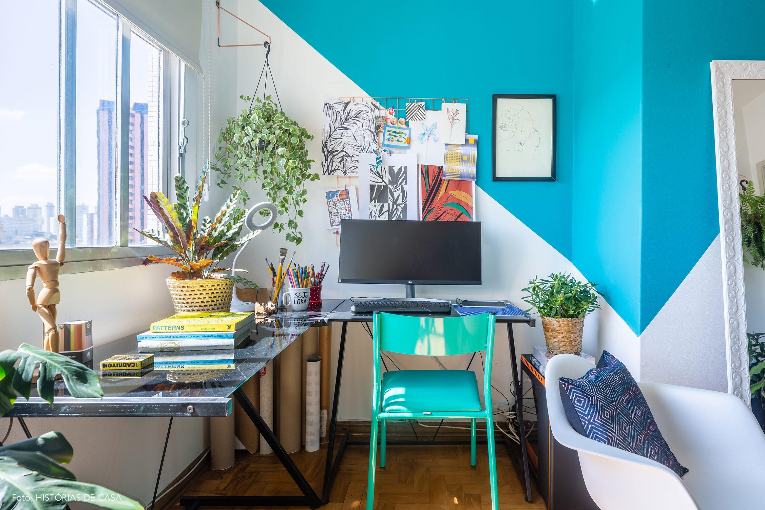 decoração sala com pintura geométrica azul, cadeira eames
