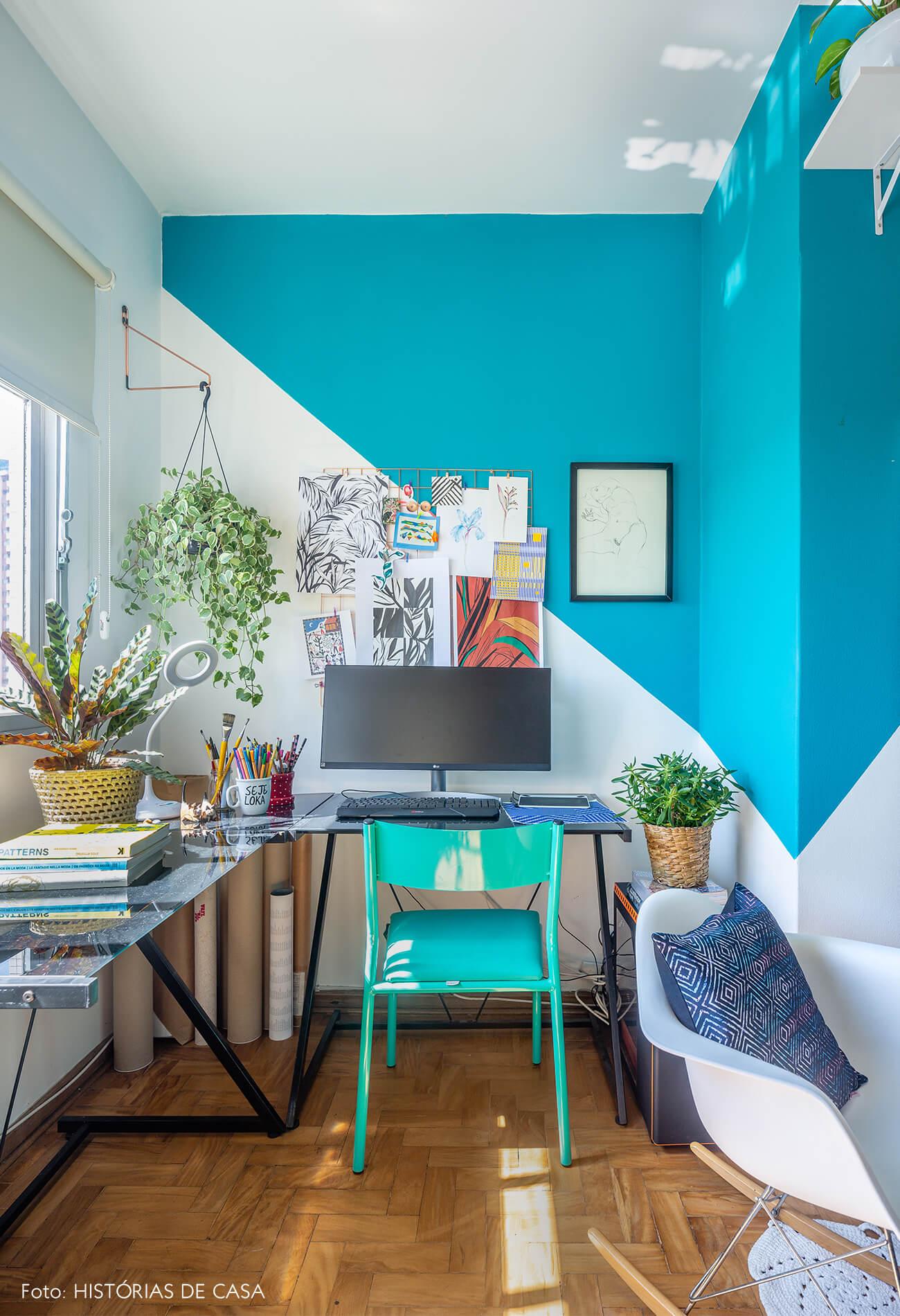 decoração home office pintura geométrica azul, cadeira eames