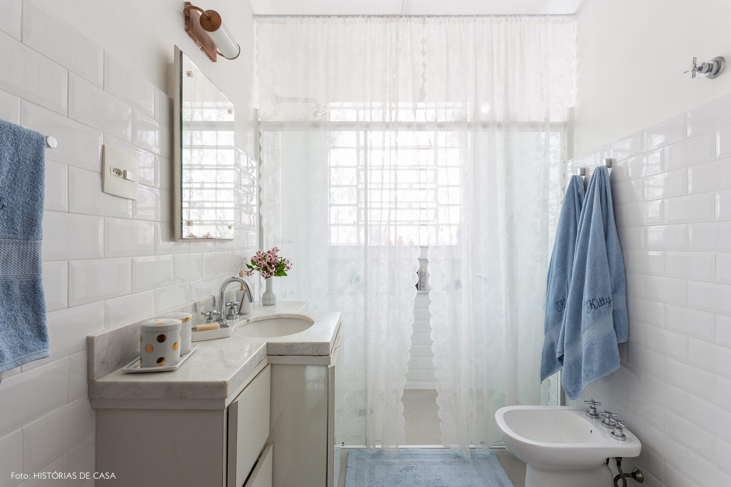 decoração banheiro branco com detalhes azuis