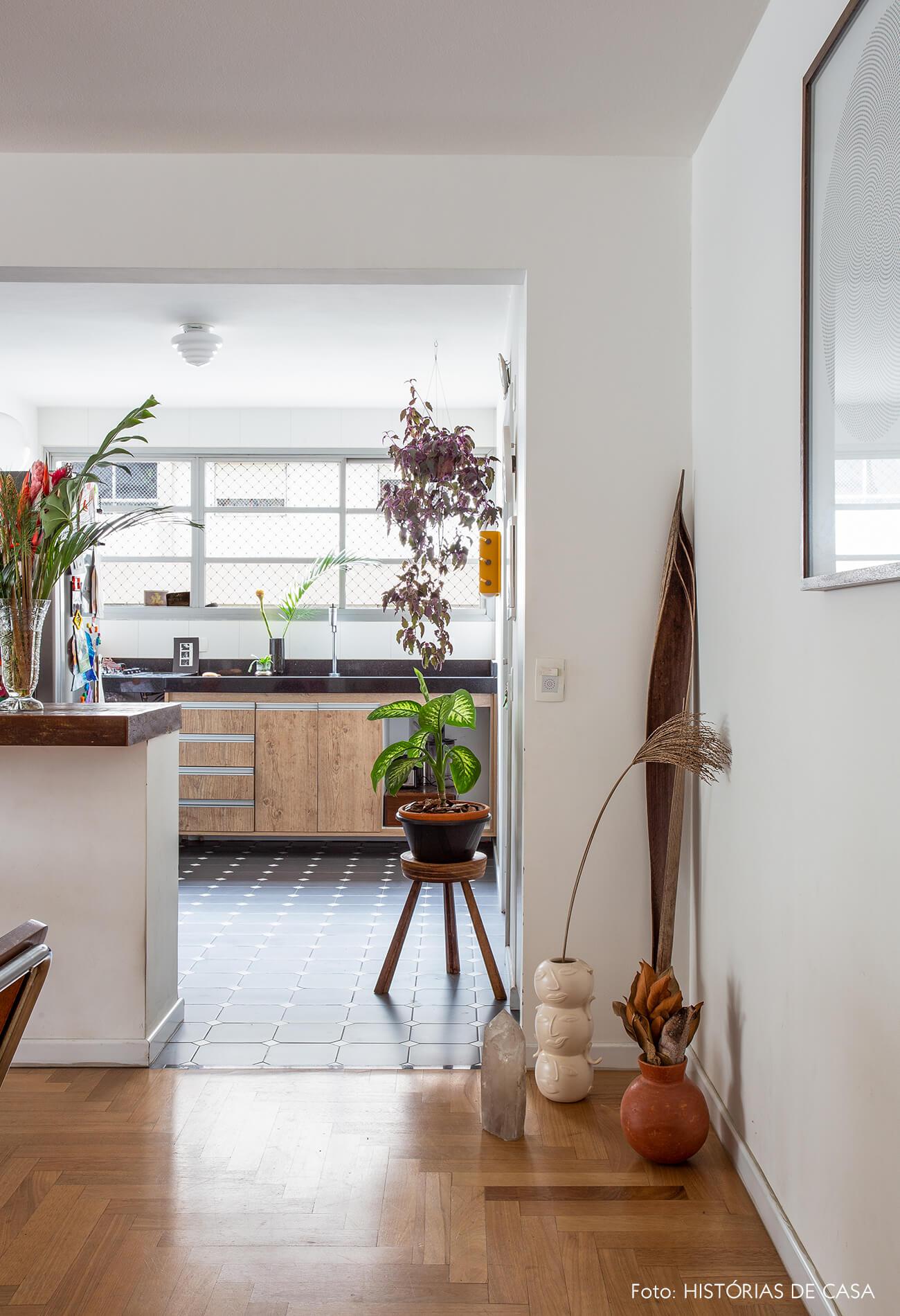 decoração cozinha com bancada de madeira e plantas