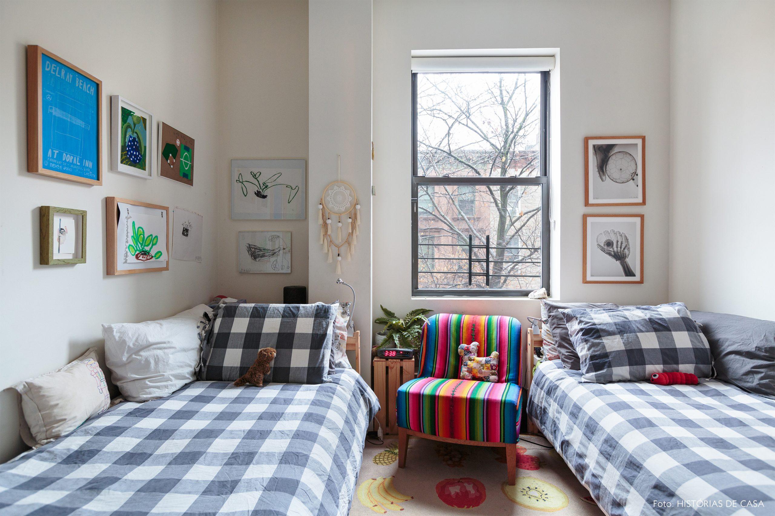 ap decoração quarto infantil com muitos quadros e poltrona colorida