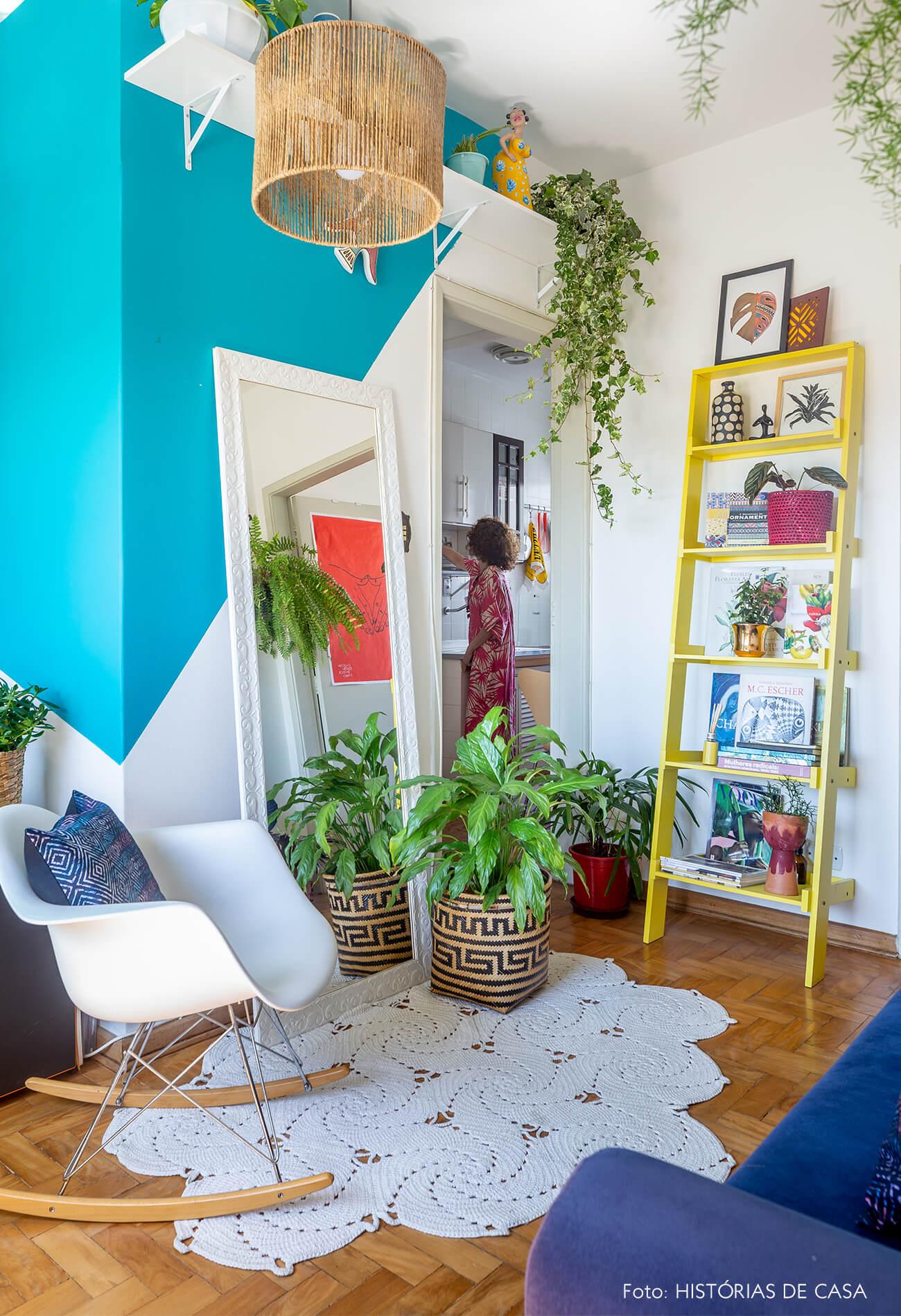 decoração sala com pintura geométrica azul, cesto e cadeira eames