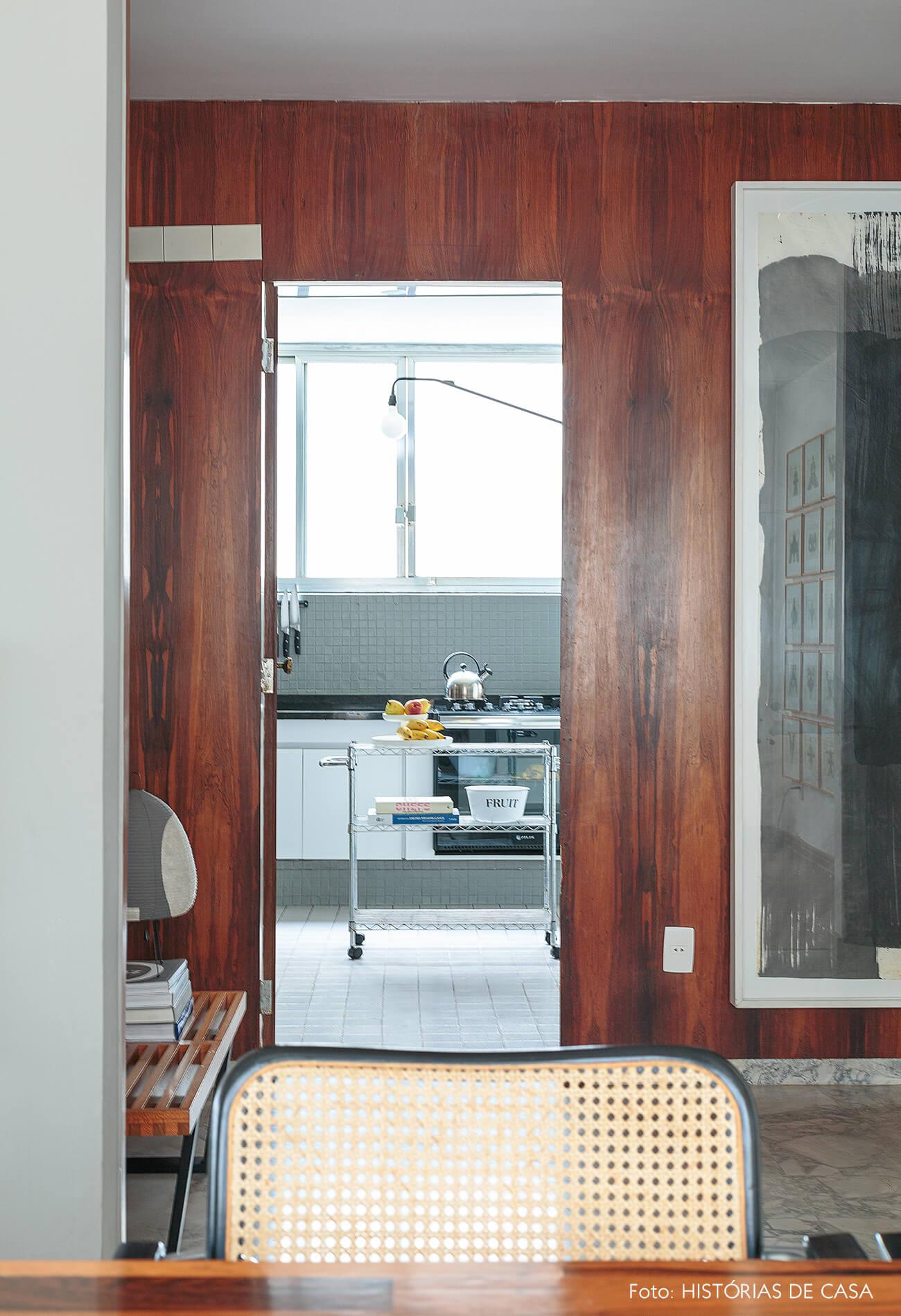 decoração cadeira de palhinha parede de madeira e cozinha