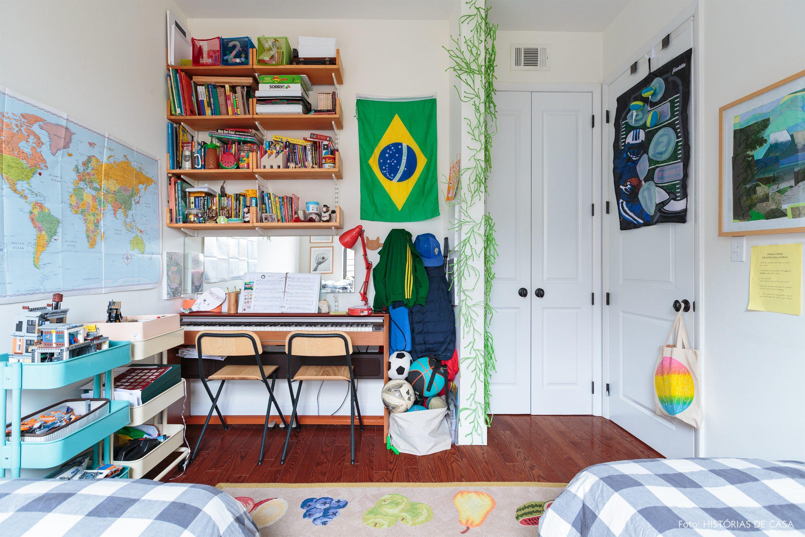 ap decoração quarto infantil com carrinhos coloridos e piano madeira