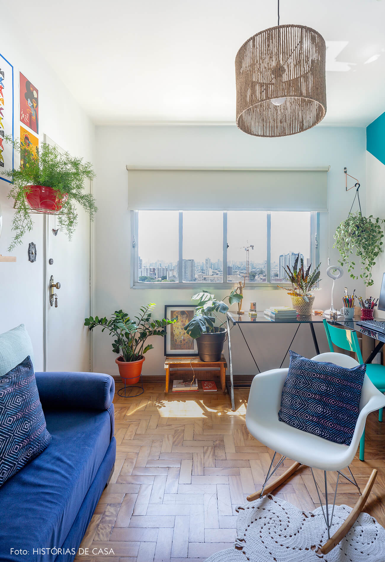 decoração sala com sofá azul e cadeira eames