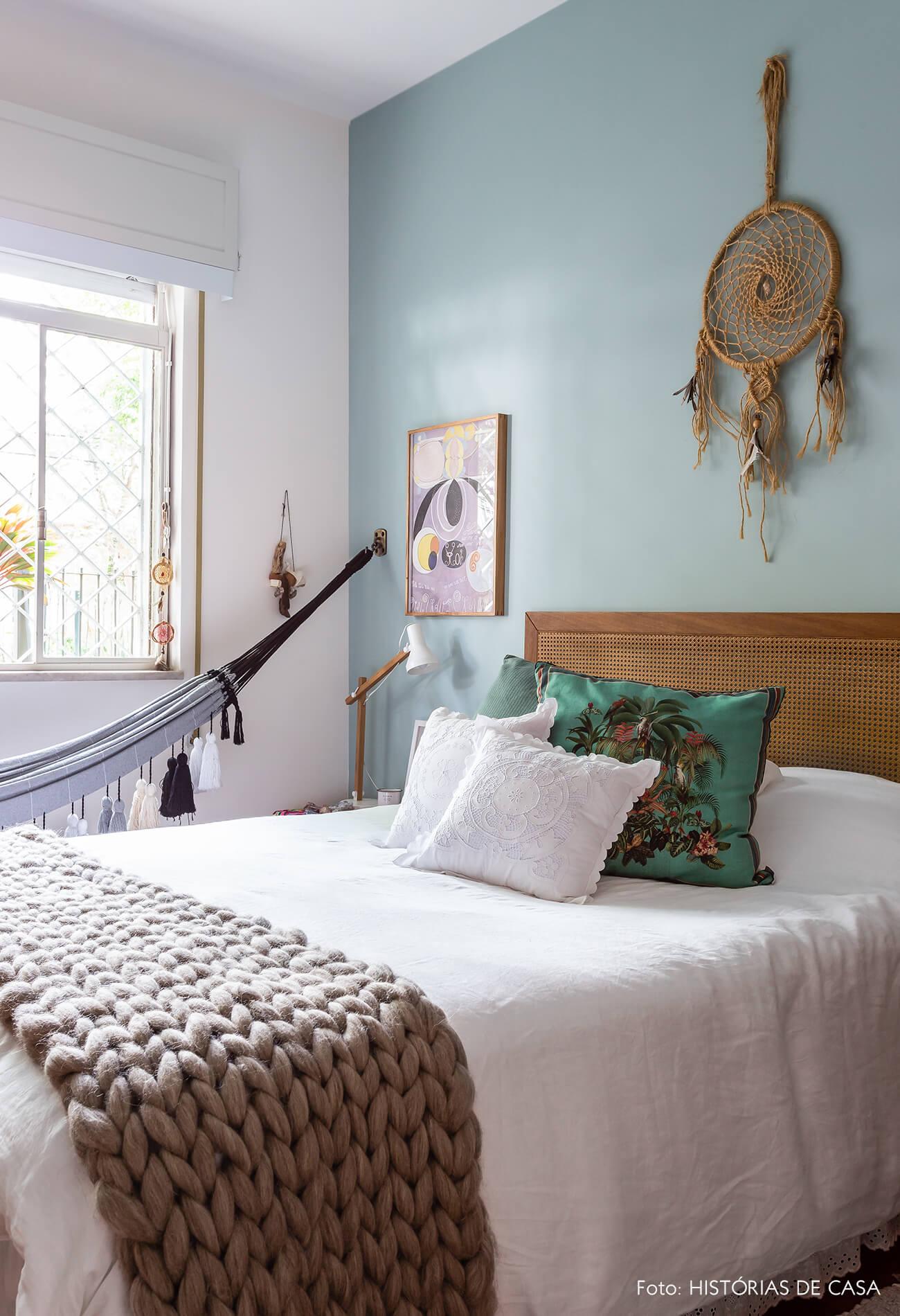 decoração quarto com parede azul rede e cabeceria de palhinha