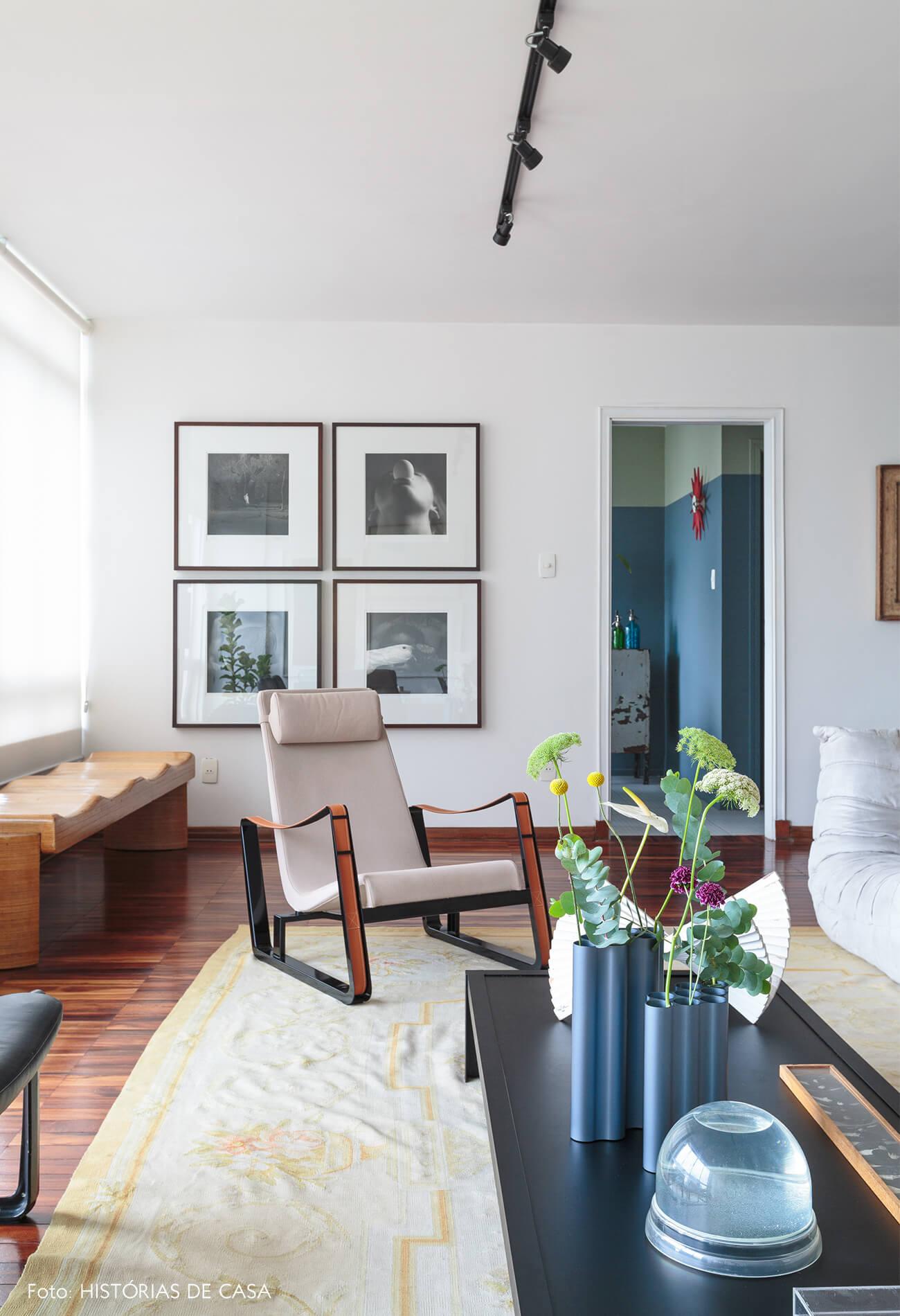 decoração sala com poltrona branca e mesa de centro preta