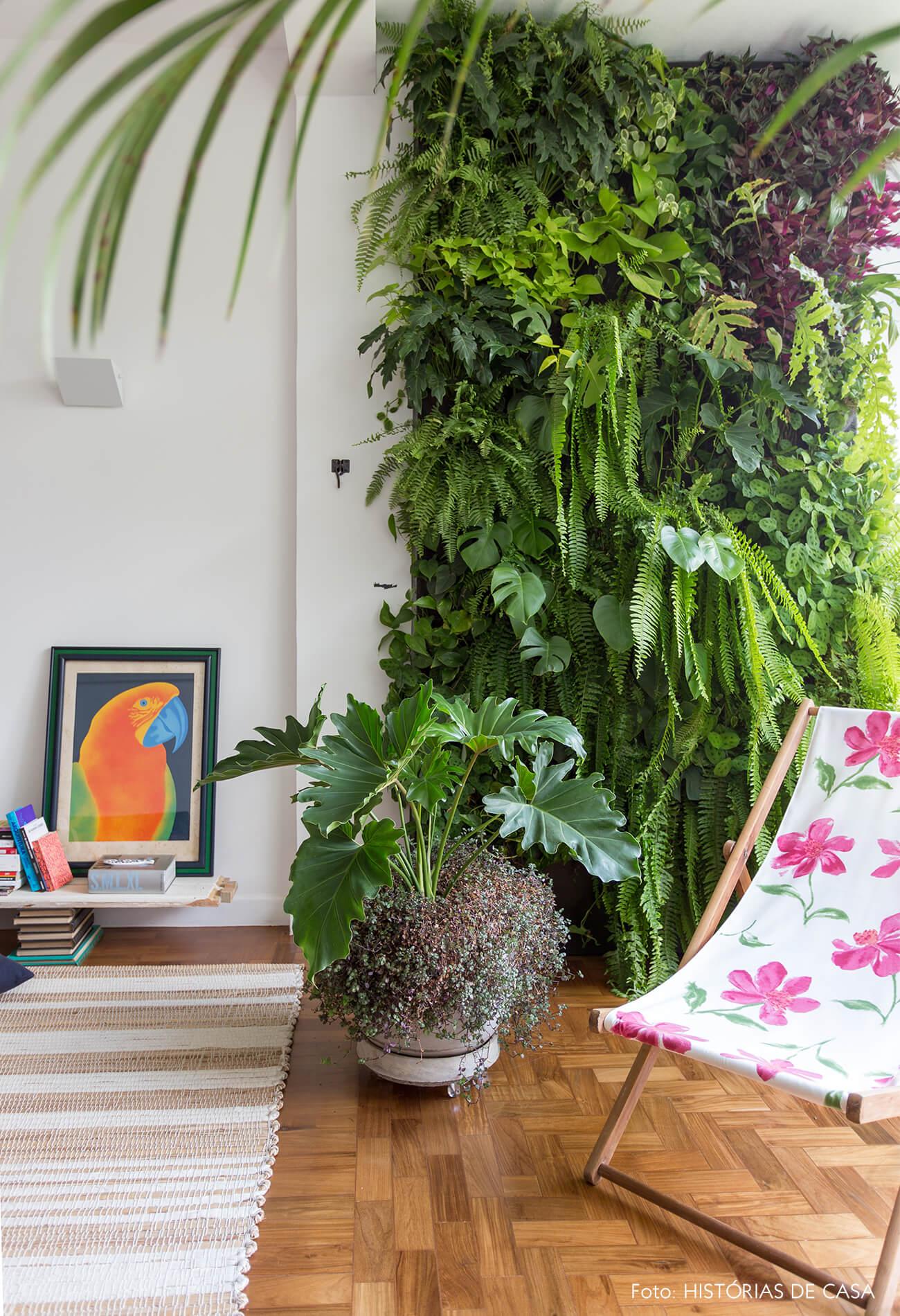 decoração sala com painel de plantas, cadeira de madeira e tecido