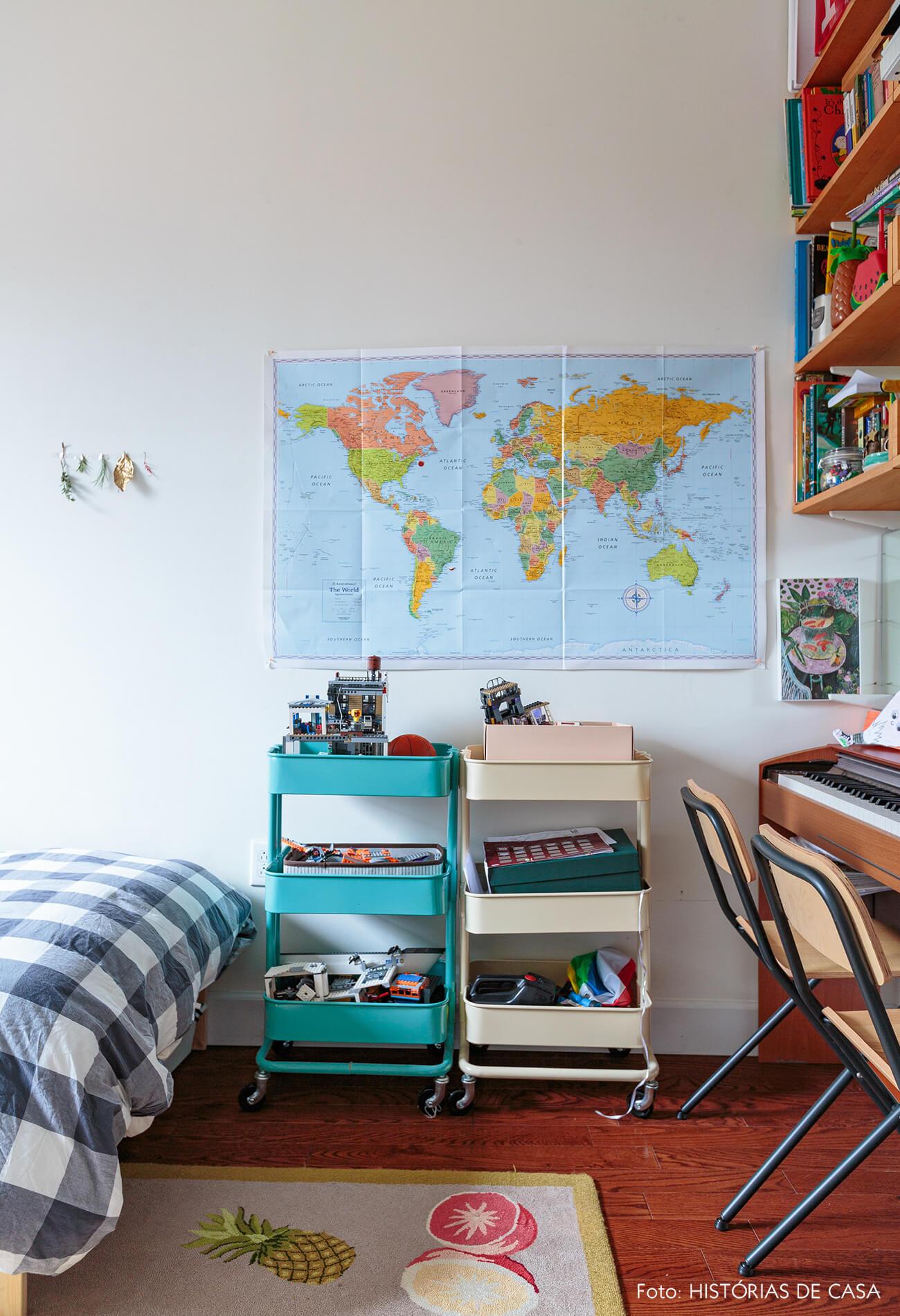 ap deecoração quarto infantil com carrinhos coloridos e mapa na parede
