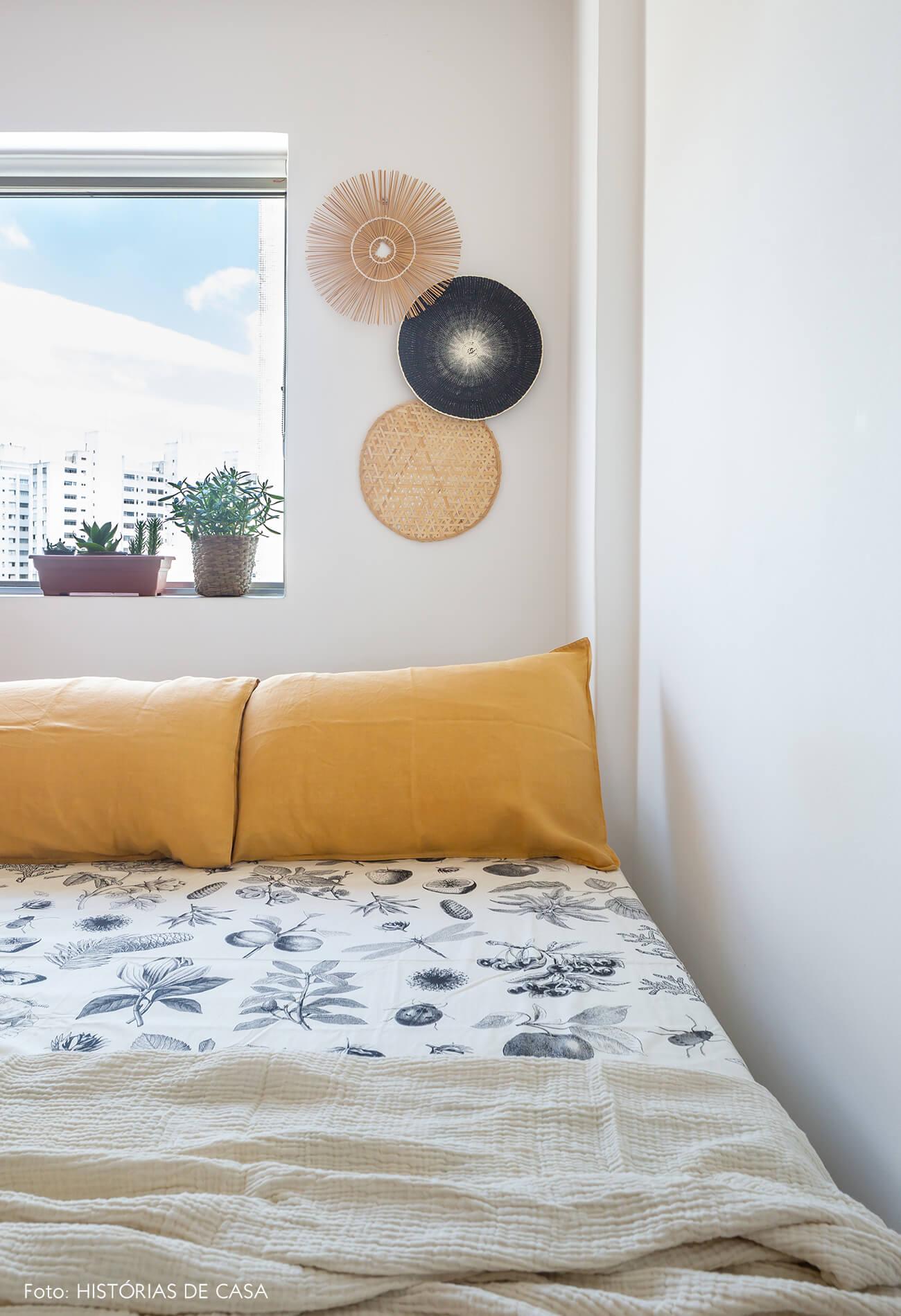 decoração quarto com objetos de palha na parede