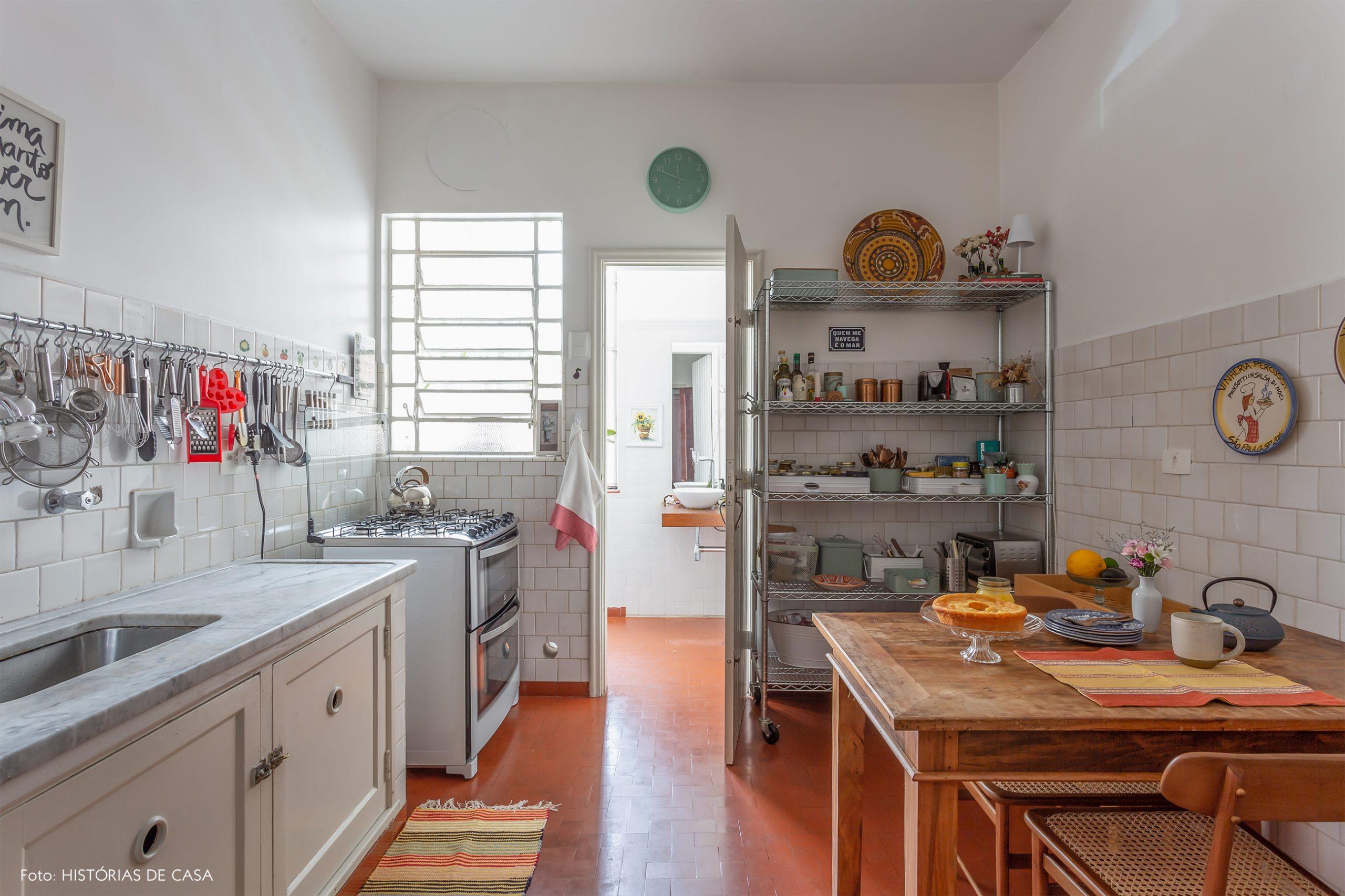 decoração cozinha com azulejos brancos e mesa de madeira