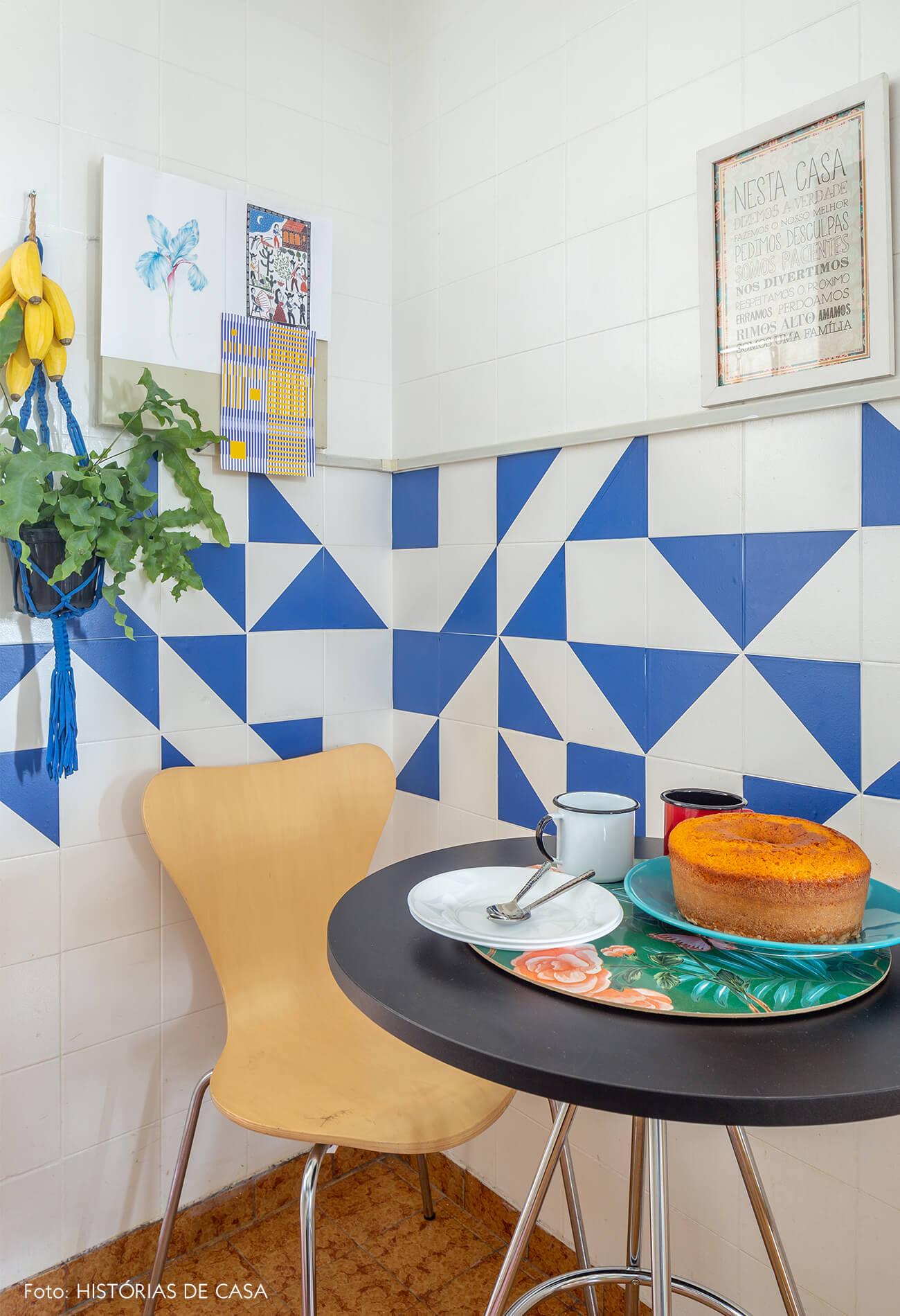 decoração cozinha com azulejos geOmétricos na parede