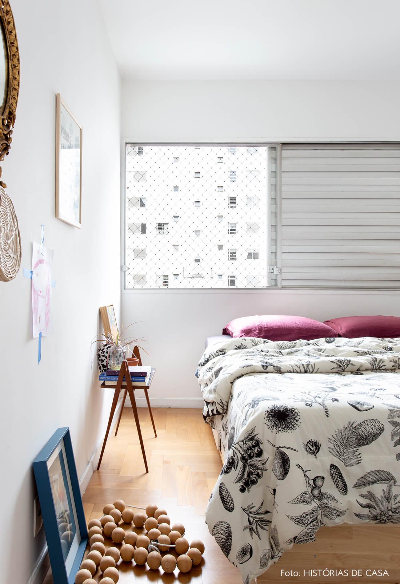 decoração quarto com mesa lateral de madeira