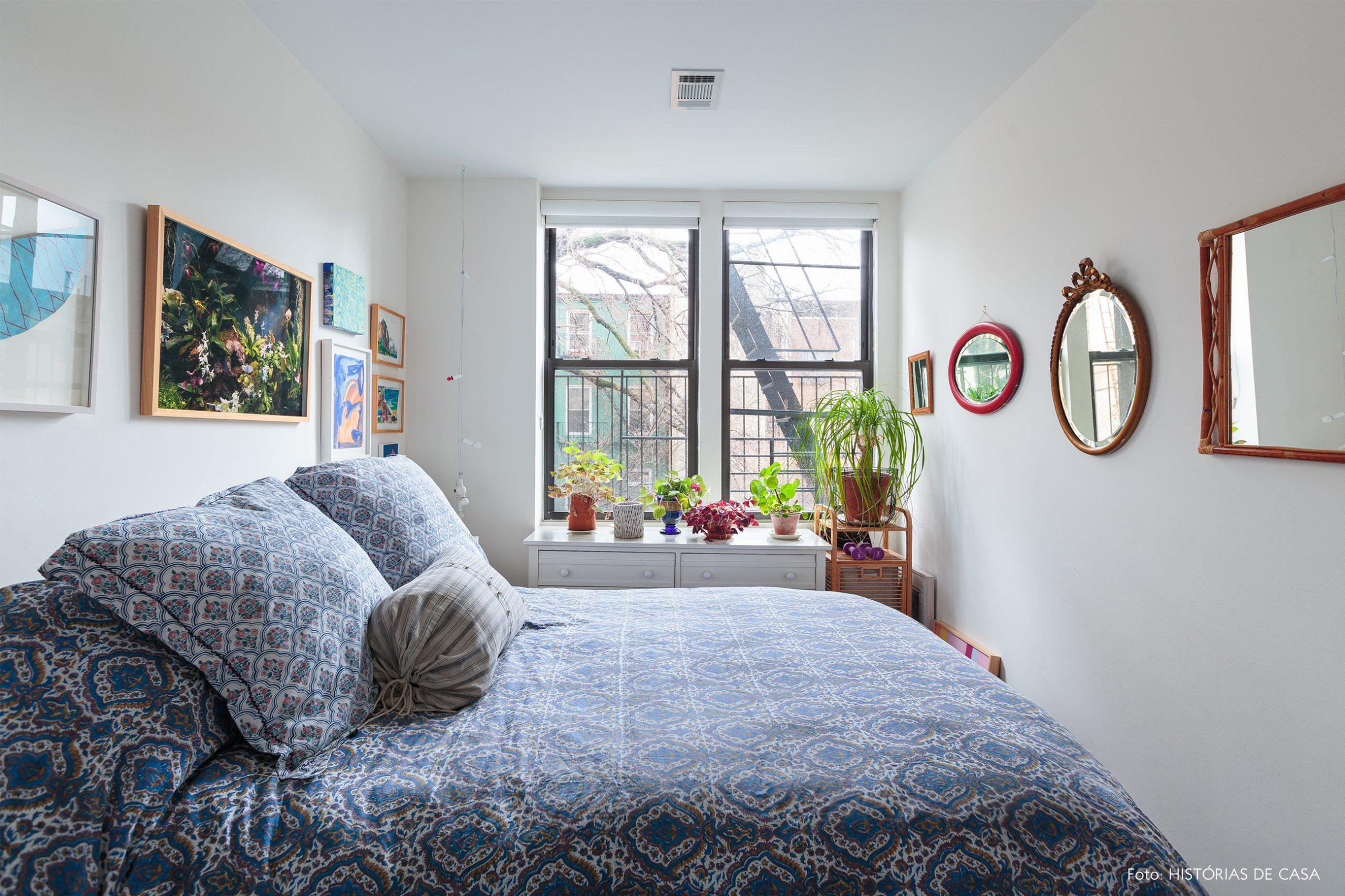 ap decoração quarto branco com muitos quadros e espelhos