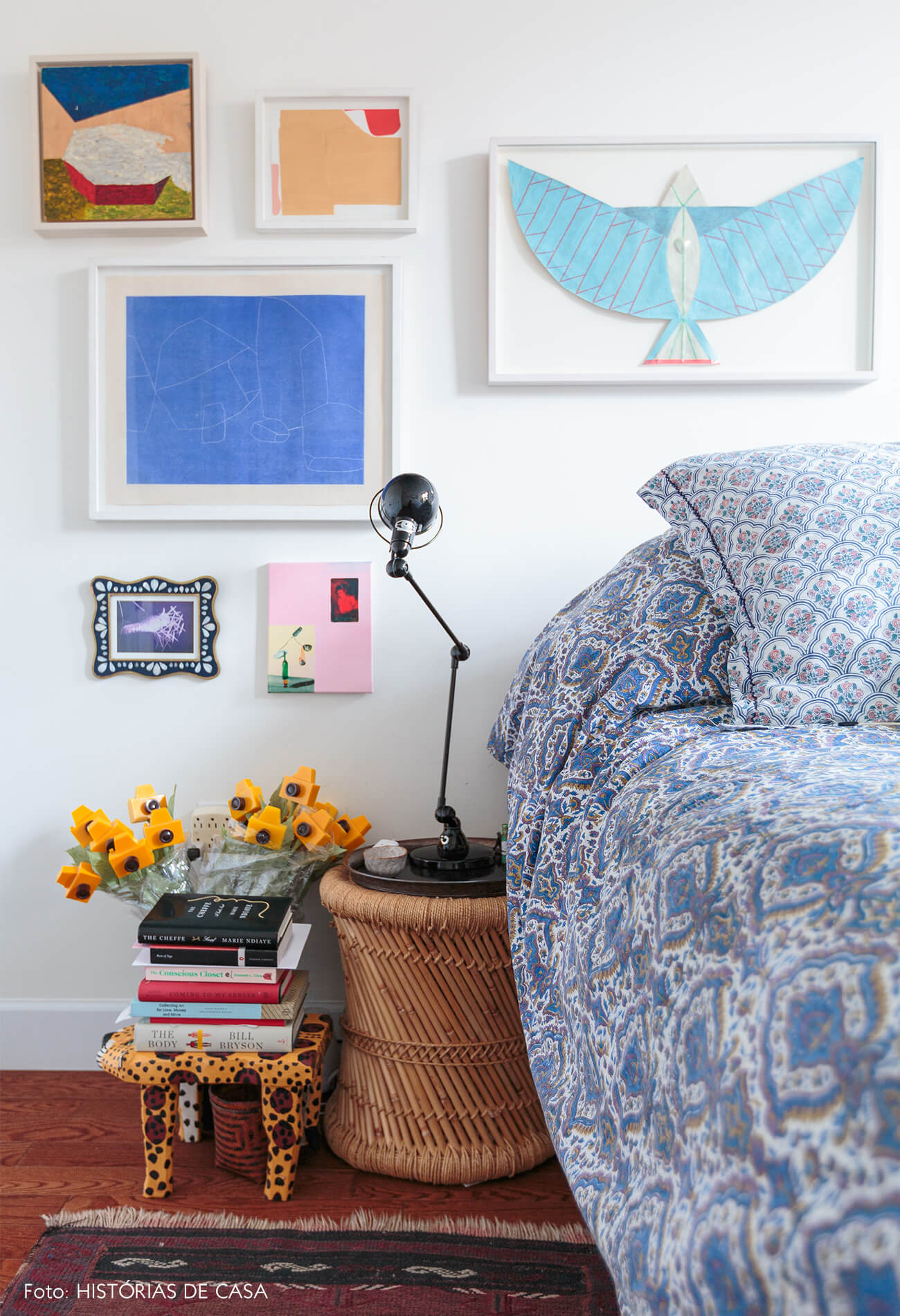 ap deecoração quarto com muitos quadros e banquinho de madeira