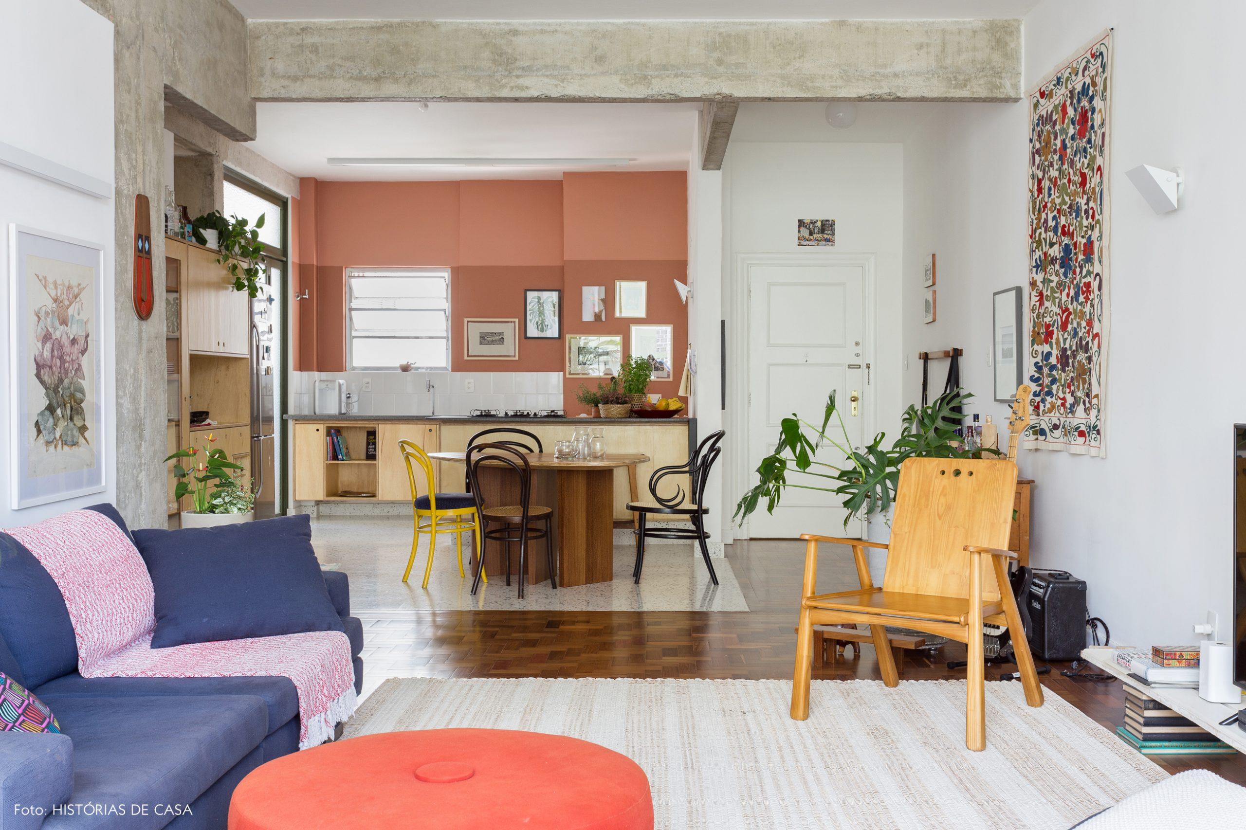 decoração sala e cozinha com parede terracota, estrutura de concreto e cadeira thonet