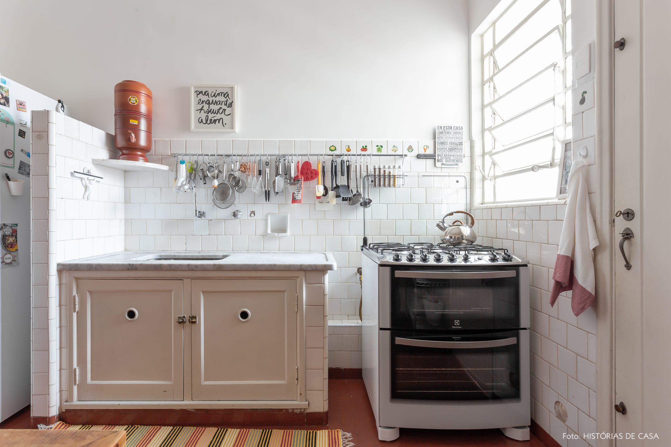 decoração cozinha com azulejos brancos
