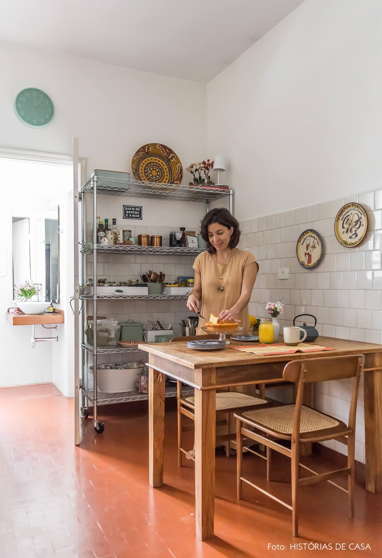 Cozinha antiga com estante metálica