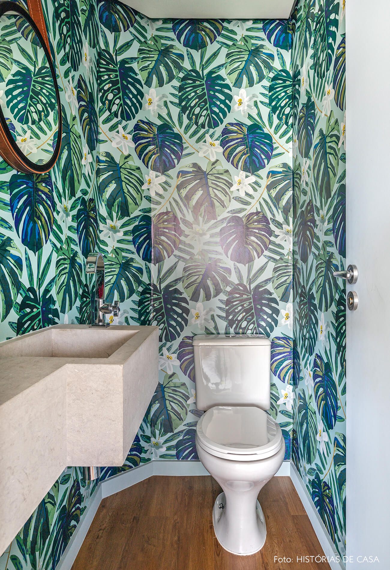 decoração banheiro com papel de parede estampado floral