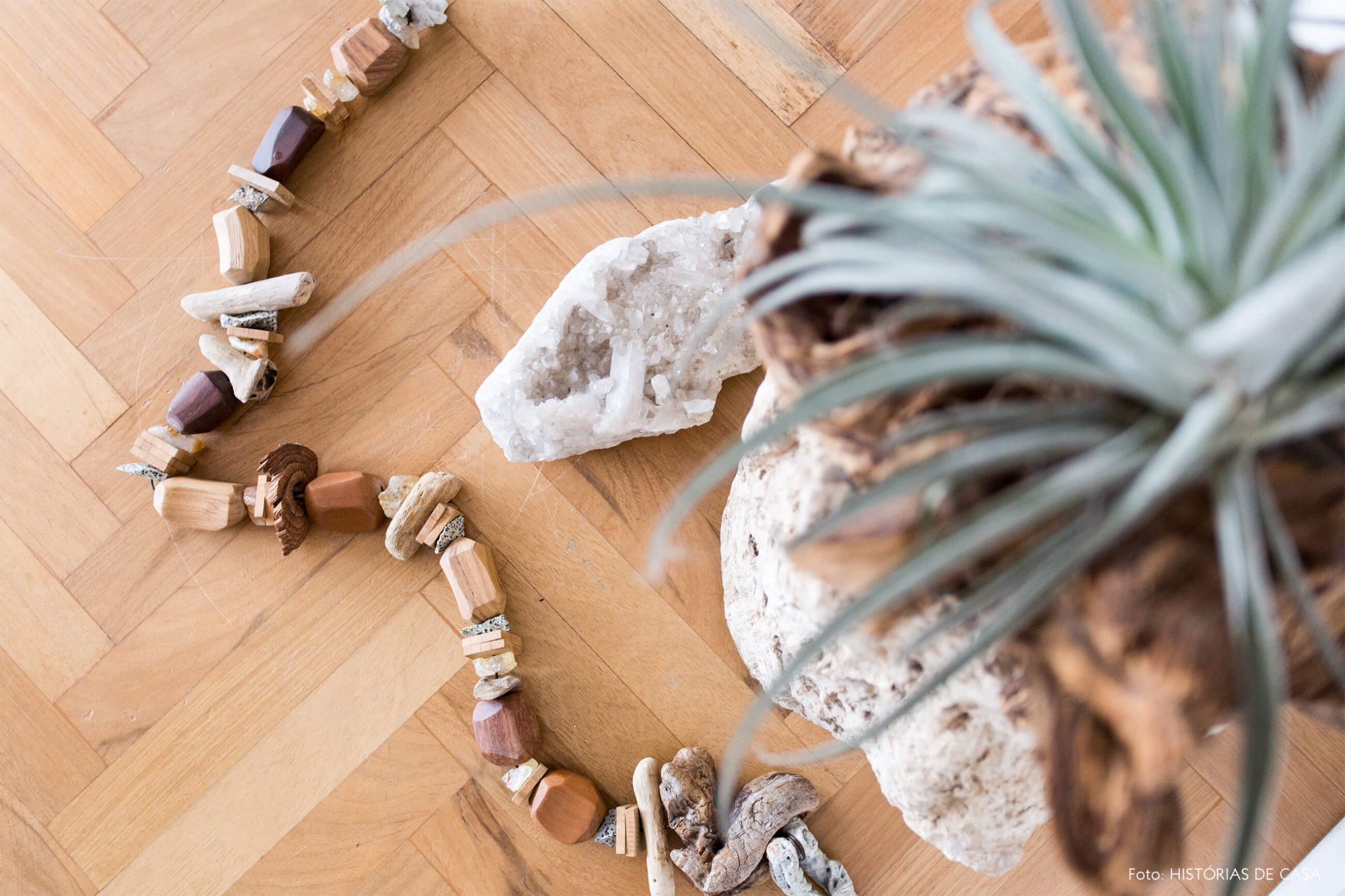 decoração objeto de madeira e cristais e planta