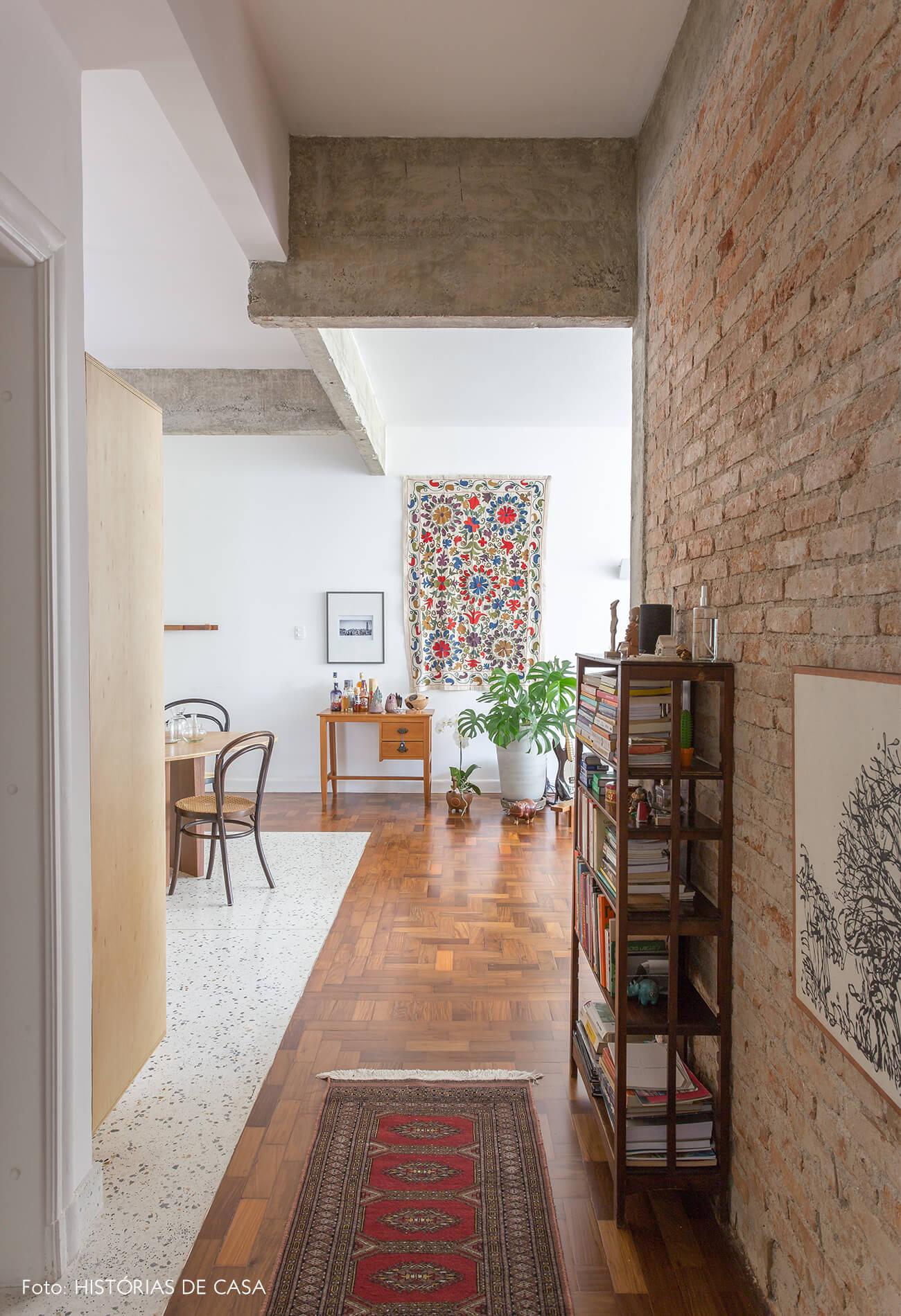 decoração corredor de parede de tijolinhos e estrutura de concreto
