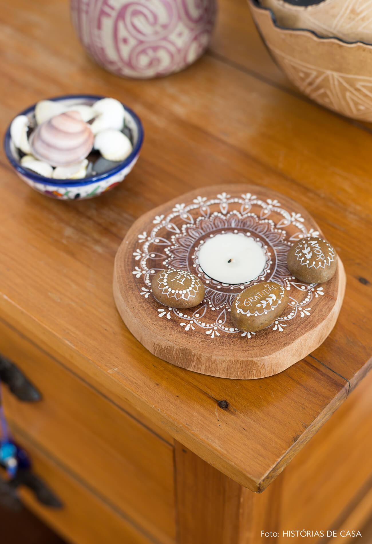 decoração detalhes de objetos de cerâmica em mesa de madeira