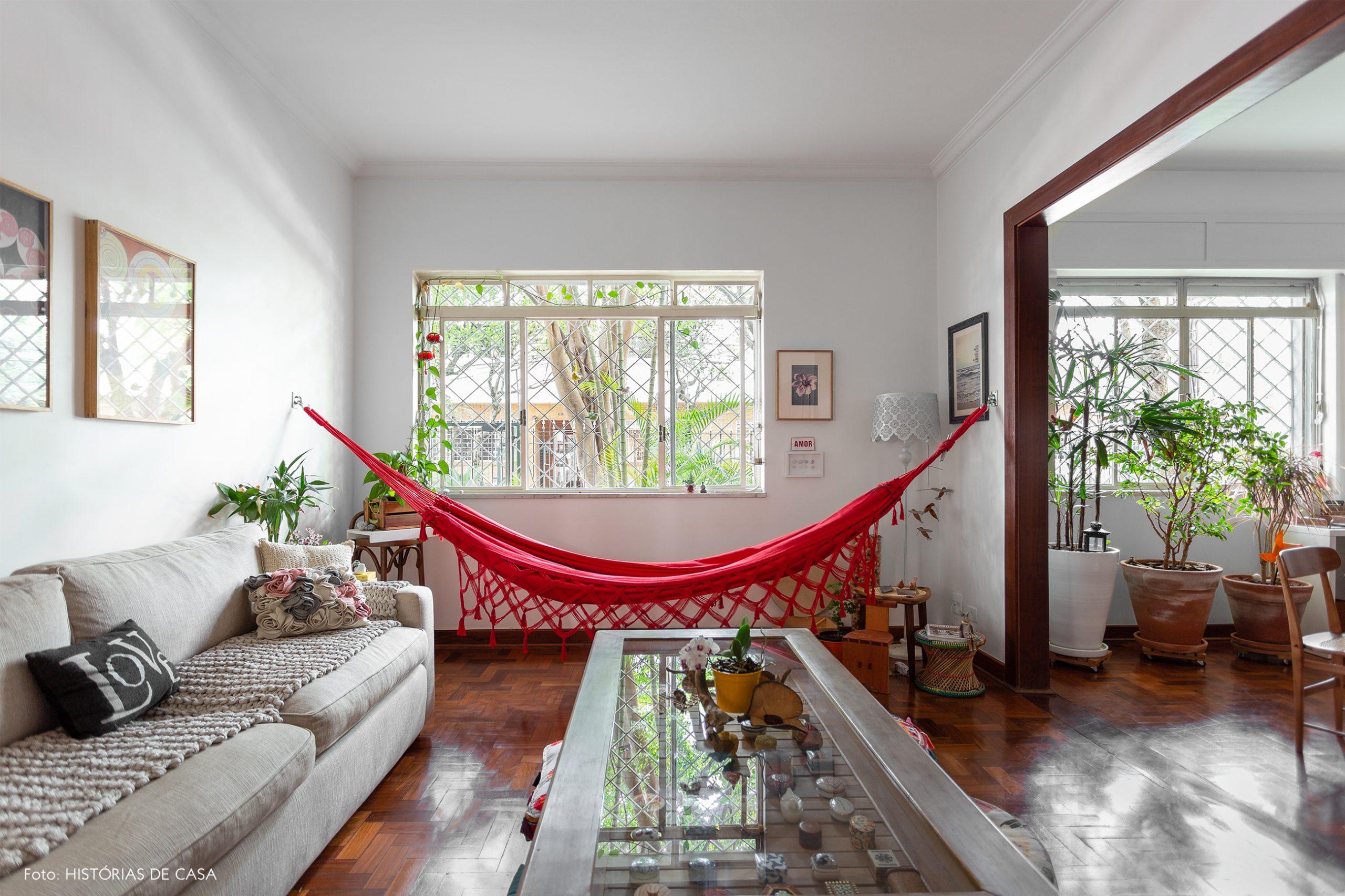decoração sala com rede vermelha sofa cinza e mesa de centro de madeira