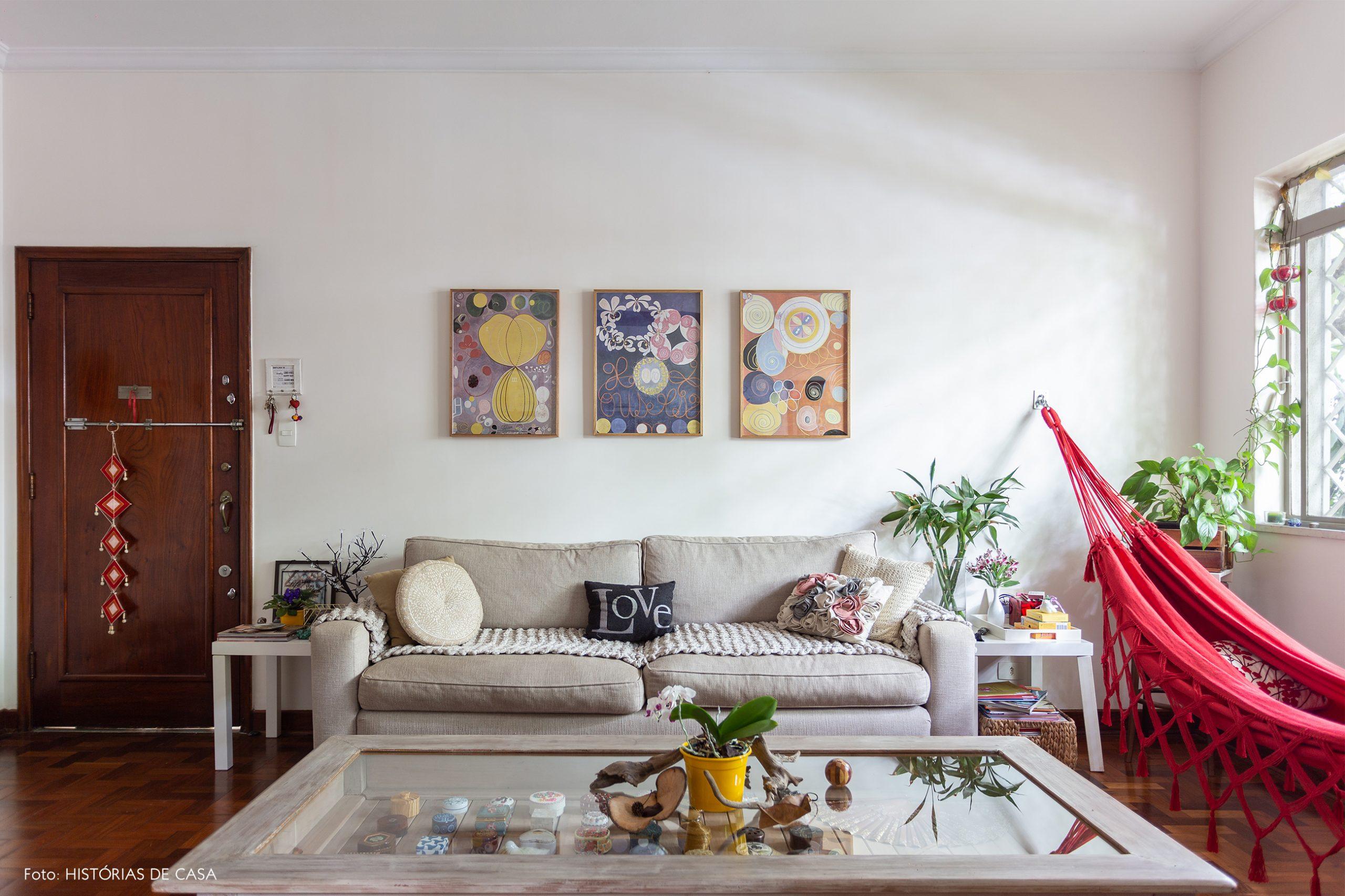 decoração sala com sofá cinza rede vermelha e mesa de madeira e vidro