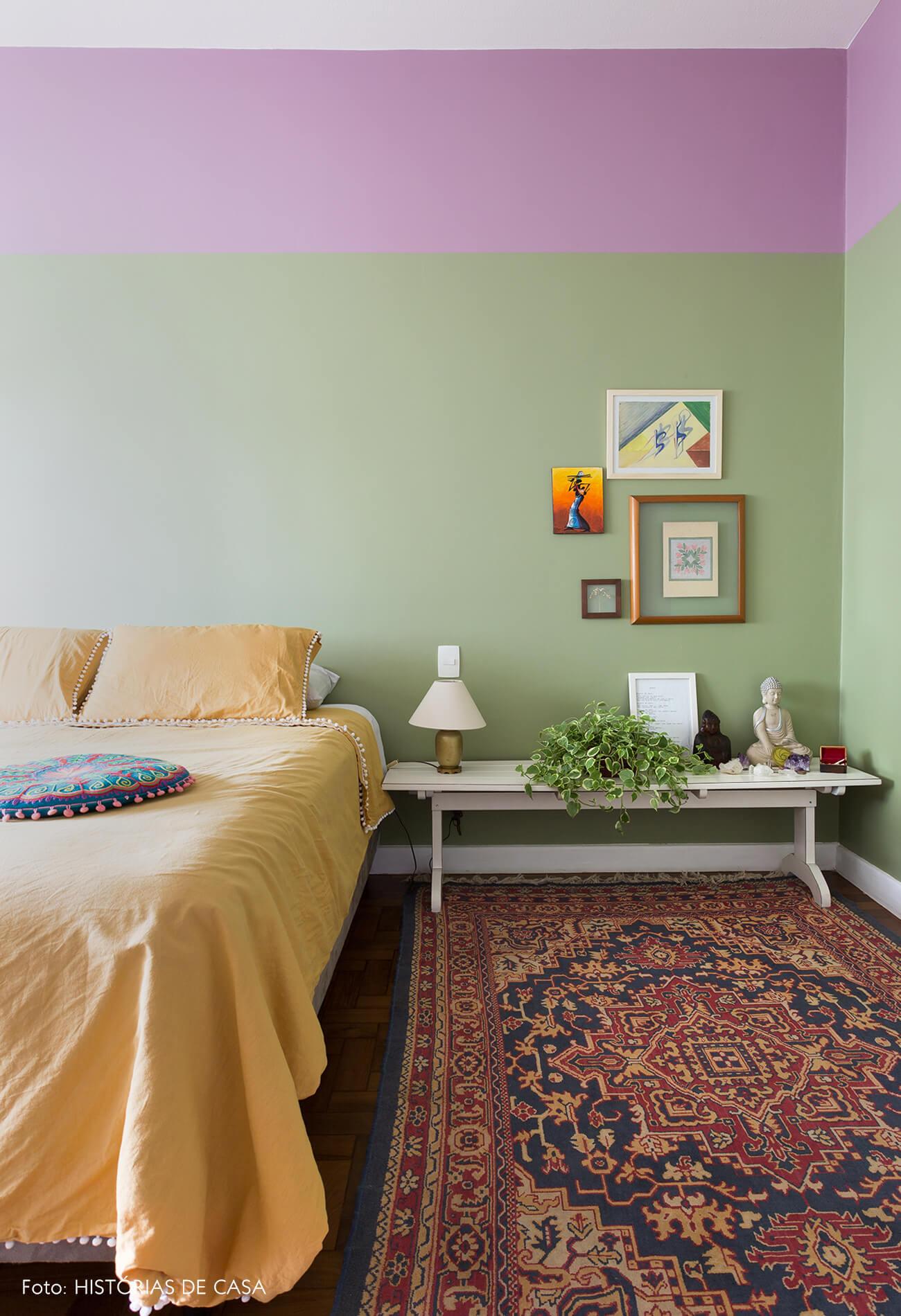 decoração quarto com parede verde e roxa, e altar em banco de madeira branca