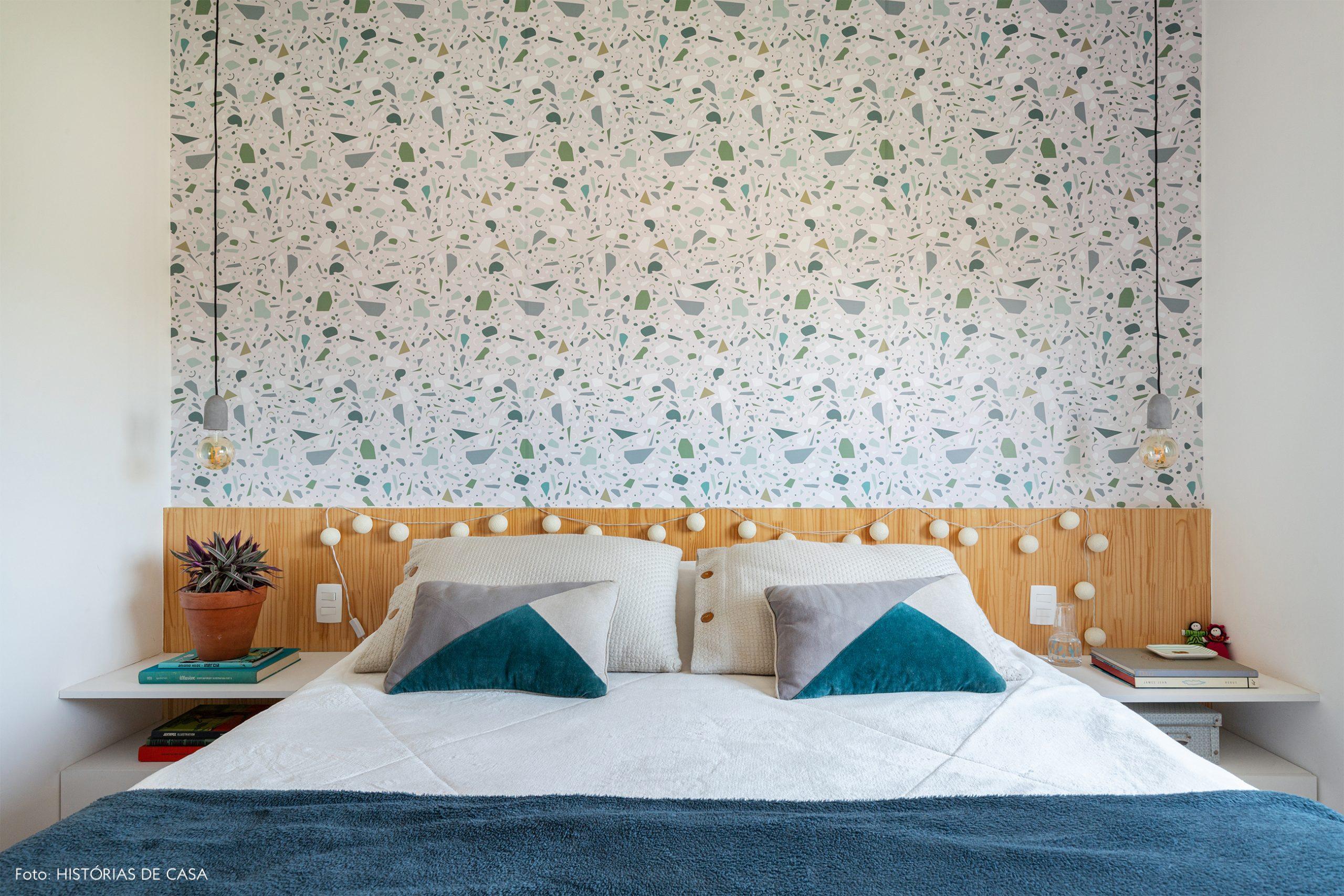 decoração com papel de parede de granilite no quarto